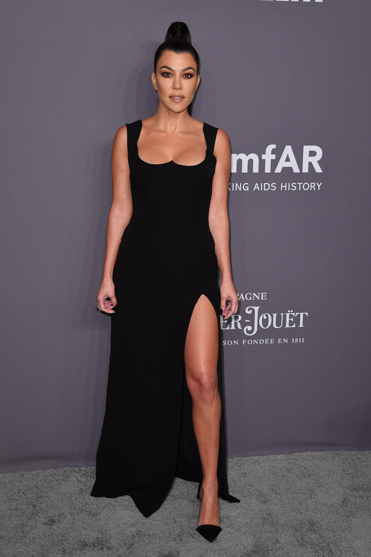 Al igual que su hermana, Kourtney Kardashian eligió un vestido negro con mucho escote