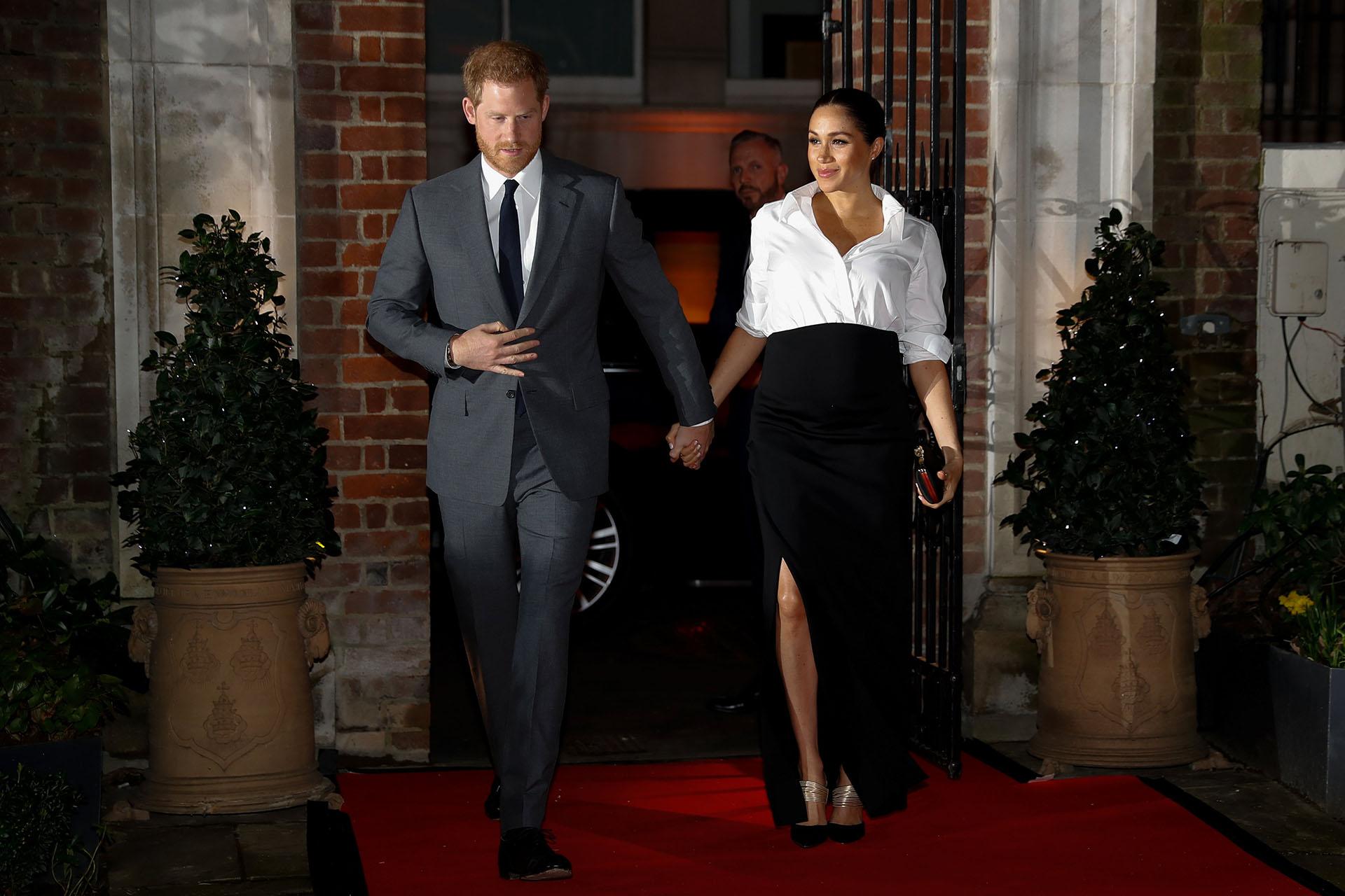 Su falda negra de corte clásico dejaba al descubierto sus stilettos negros y dorados