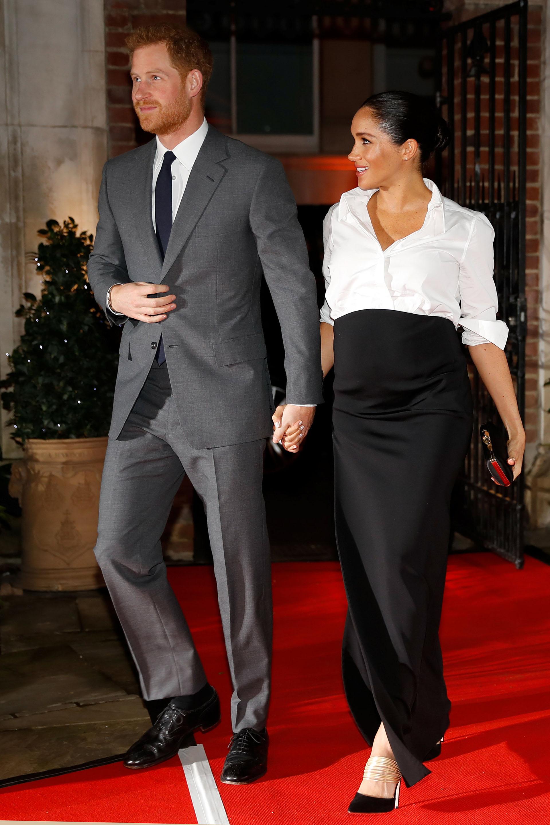 En la dulce espera de su primer hijo, Meghan cautivó con un sencillo outfit, compuesto por una camisa blanca y una falda negra