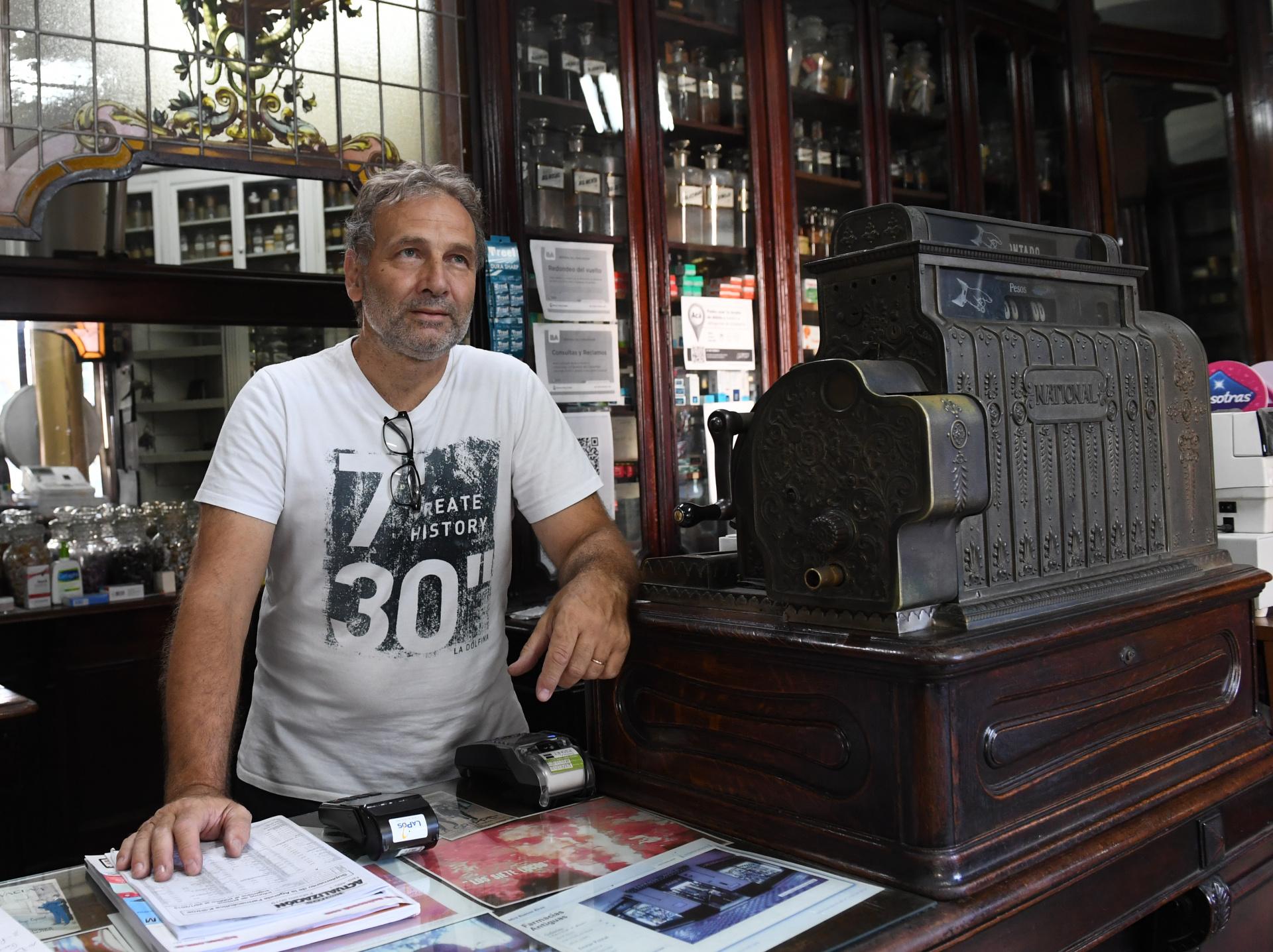 La antigua caja registradora de la Farmacia Del Águila, un clásico al que todos los visitantes le toman fotografías