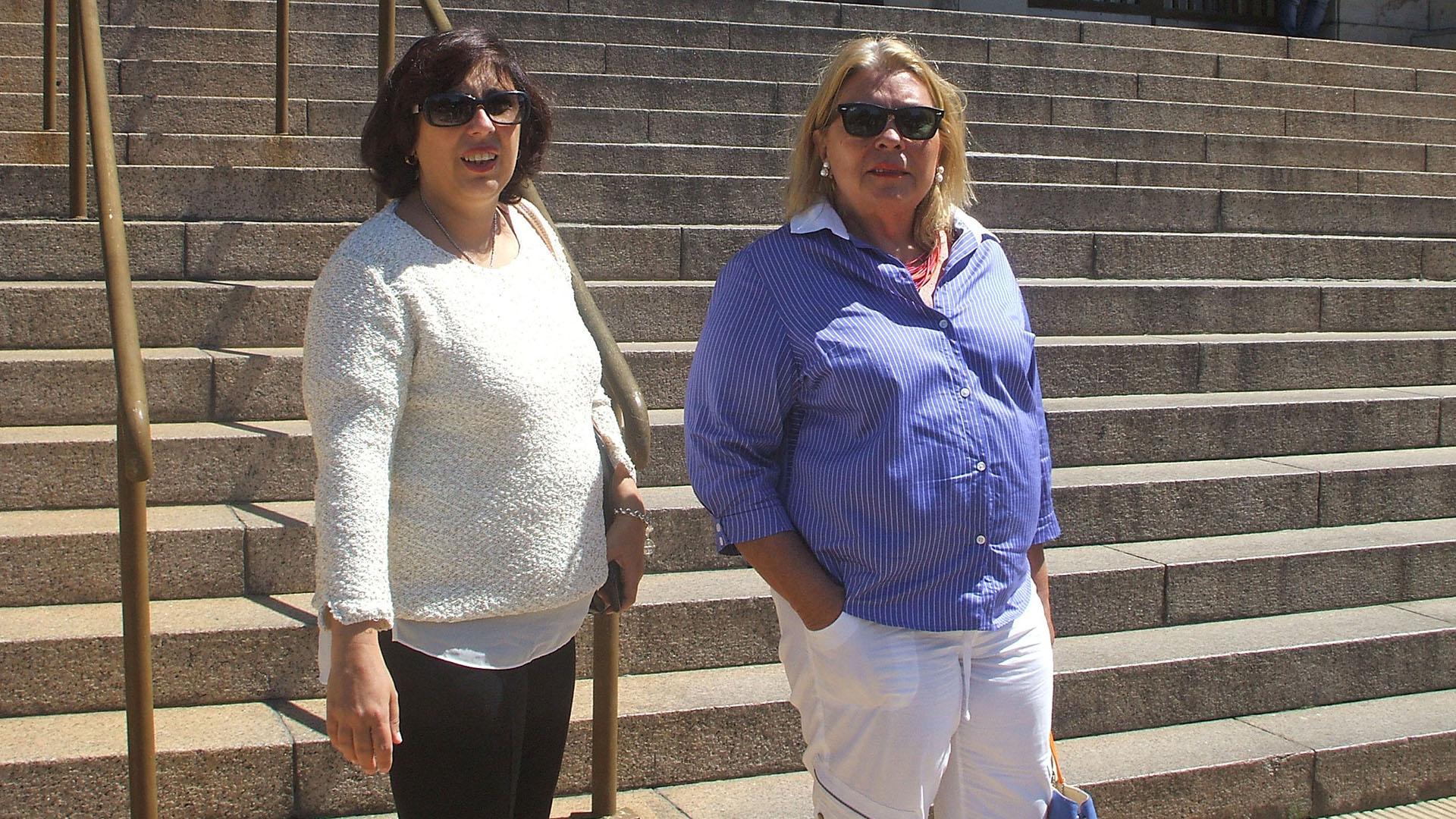 Paula Oliveto, a la izquierda de Carrió, en los tribunales de Comodoro Py. Es la otra diputada acusada por Valdés