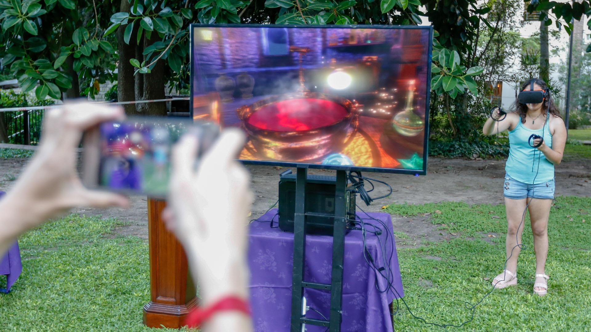 Un stand de realidad virtual que invitaba a los jóvenes a vivir una clase de hechizos