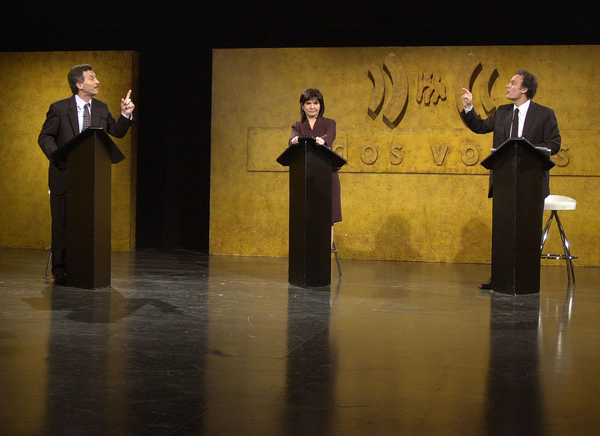 """2003. Debate en el programa periodístico de """"A Dos Voces"""" con sus contrincantes en las elecciones porteñas, Patricia Bullrich y Aníbal Ibarra, quien se terminaría imponiendo en los comicios."""