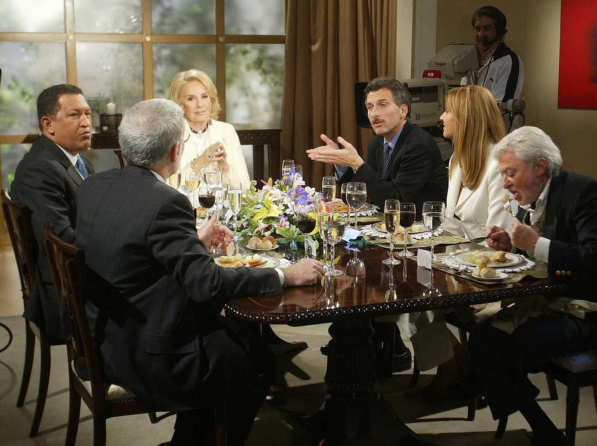 2003. Macri compartió la mesa de Mirtha Legrand junto al presidente venezolano, Hugo Chávez.