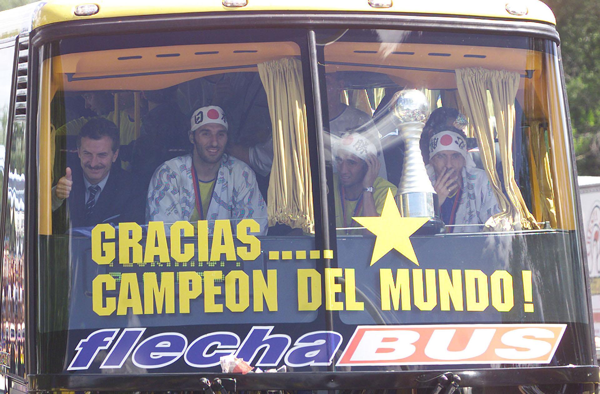 2003. Junto a los jugadores de Boca Rolando Schiavi, Matias Donnet y Diego Cagna, saludando a la caravana que recibió al plantel a su regreso de Tokio, tras su victoria frente al Milan de Italia en la final de la Copa Intercontinental