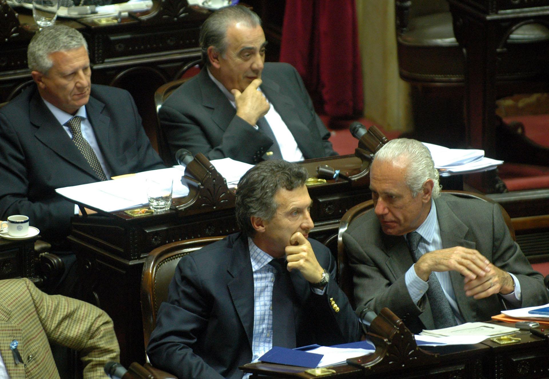 Entonces diputado nacional, junto a Jorge Vanossi durante la sesión llamada a efectos de tratar el proyecto de modificación de la Ley de Administración Financiera.