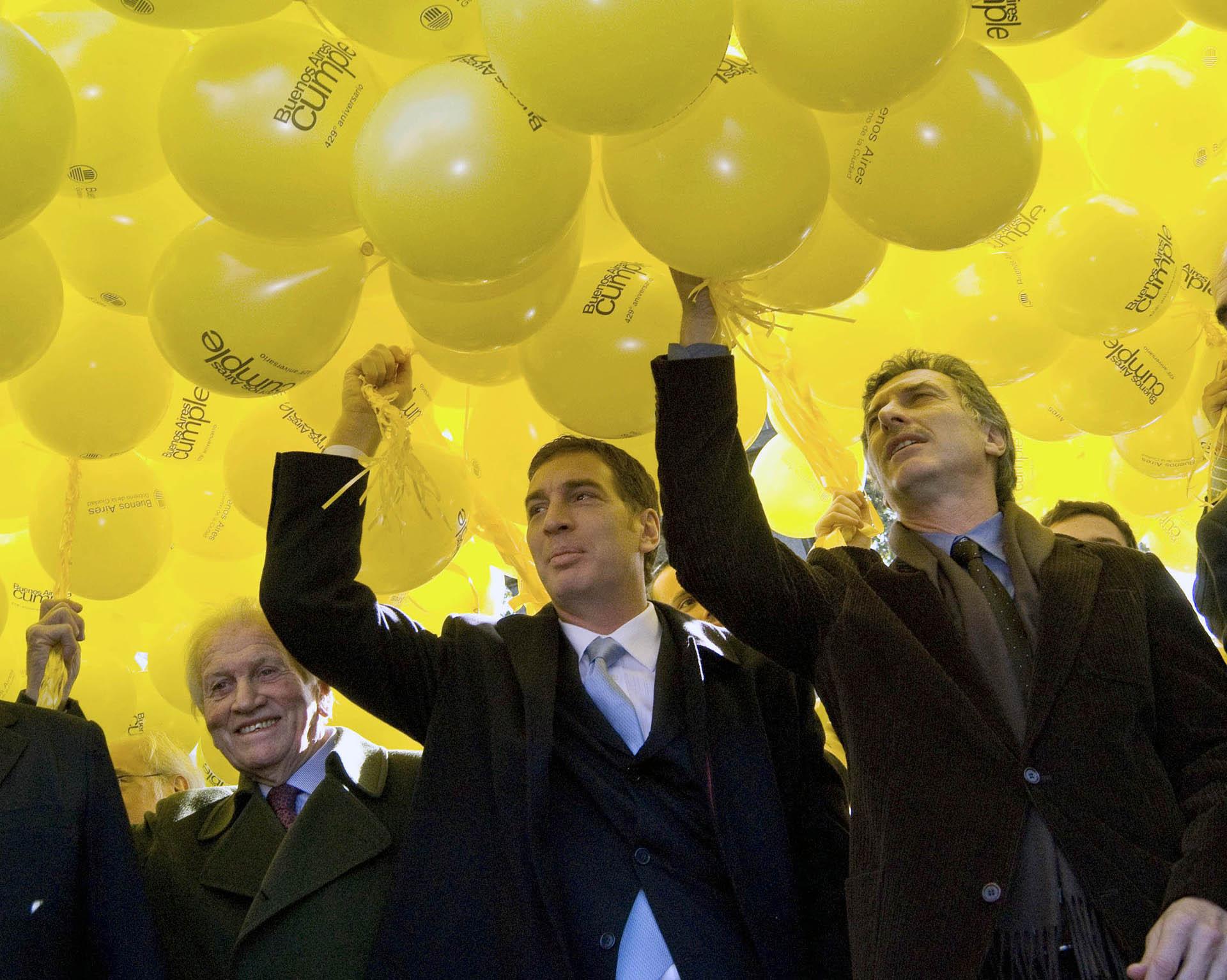 2009. Con Diego Santilli, vicepresidente de la Legislatura, y otras autoridades de la ciudad, durante los festejos por el 429avo Aniversario de la Segunda Fundacion de Buenos Aires.