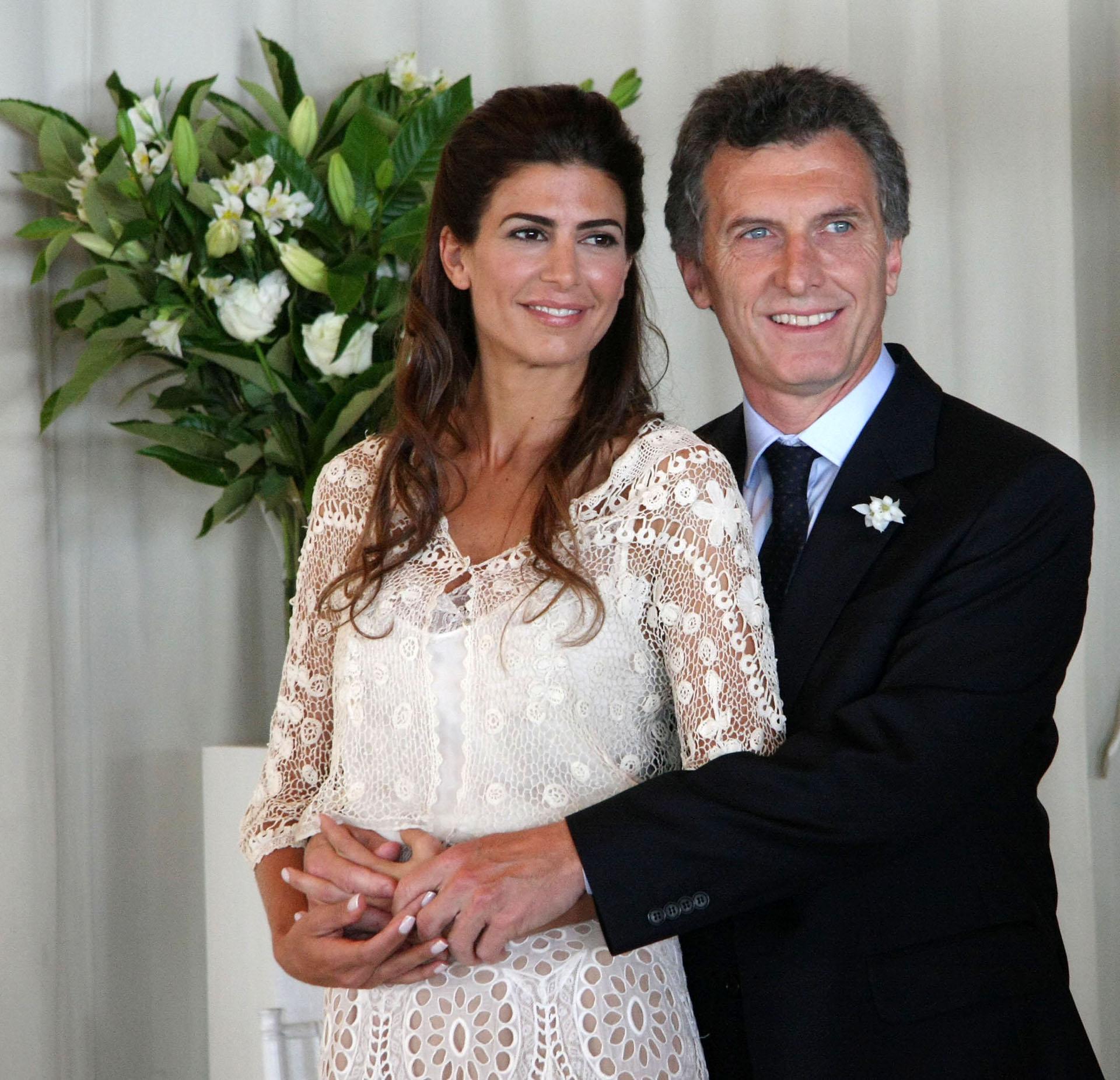2010. Tras casarse con la empresaria Juliana Awada.