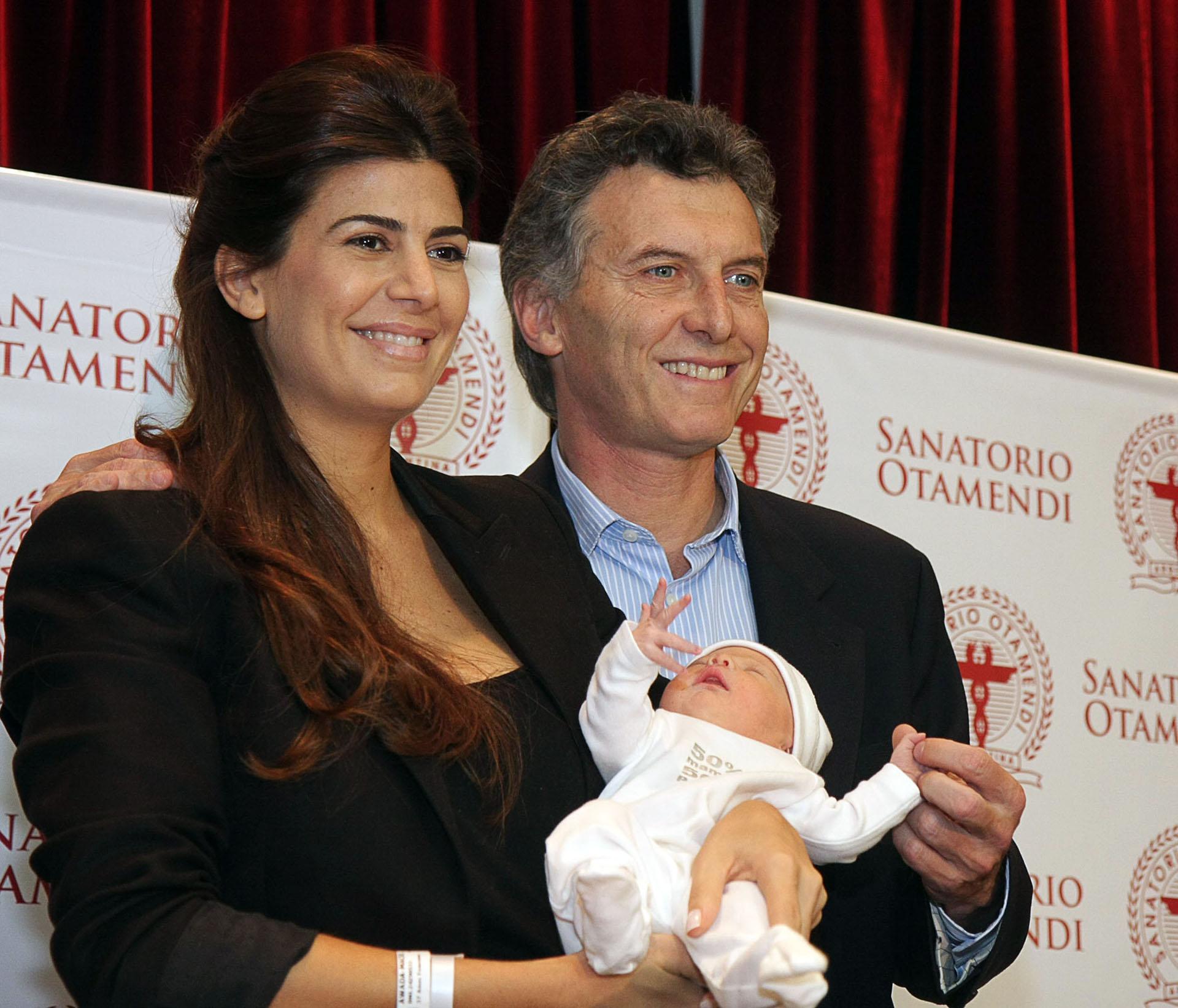 2011. Presentación de su hija Antonia junto a Awada