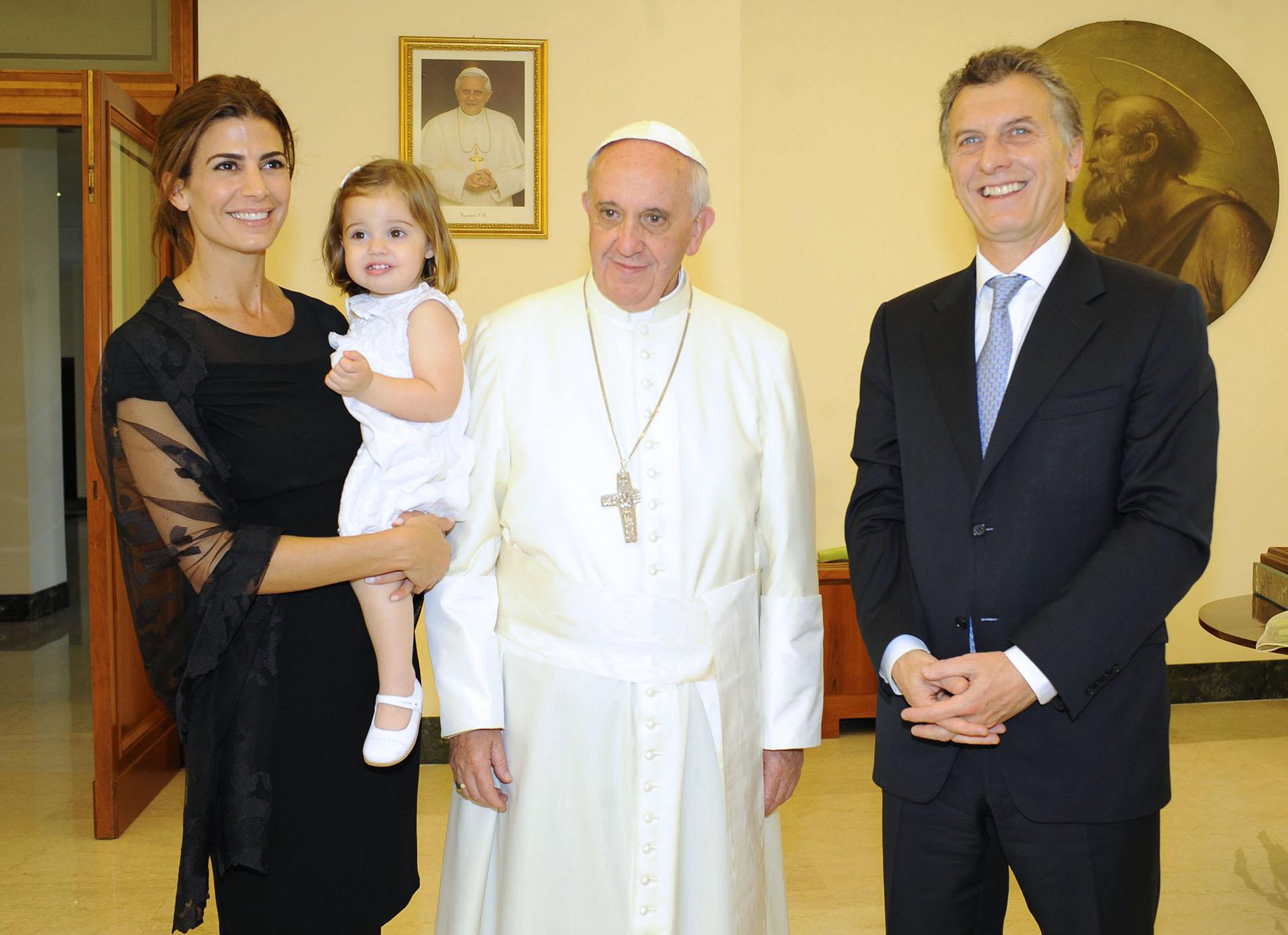 2013. Luego de una audiencia privada con el papa Francisco, a la que concurrió con Awada y Antonia.