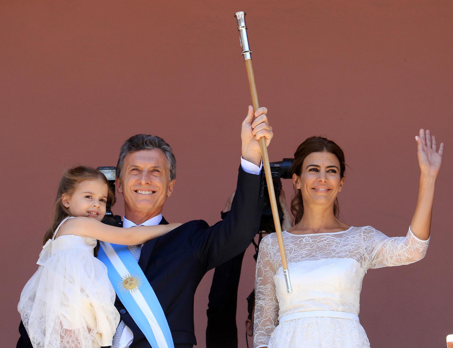2015. En el balcón de la Casa Rosada junto a Awada y Antonia, luego de su toma de posesión como presidente de Argentina.