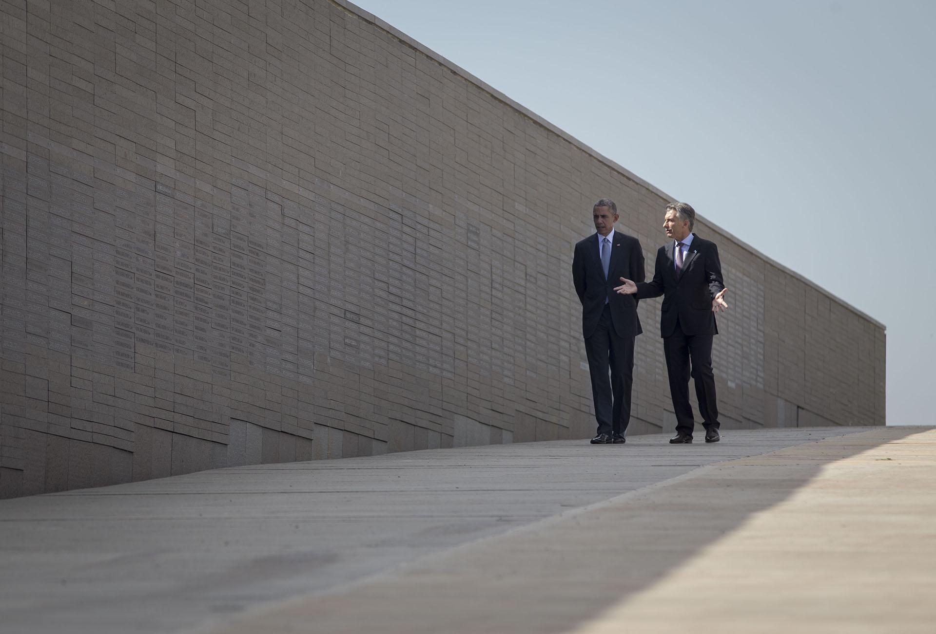 2016. Visita al Parque de la Memoria con su par norteamericano Barack Obama, durante su visita de Estado en marzo de ese año.