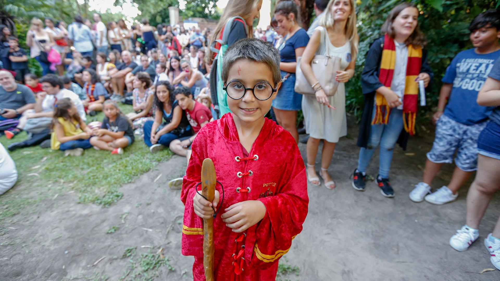 Un joven Harry Potter haciendo la fila para participar del concurso de disfraces