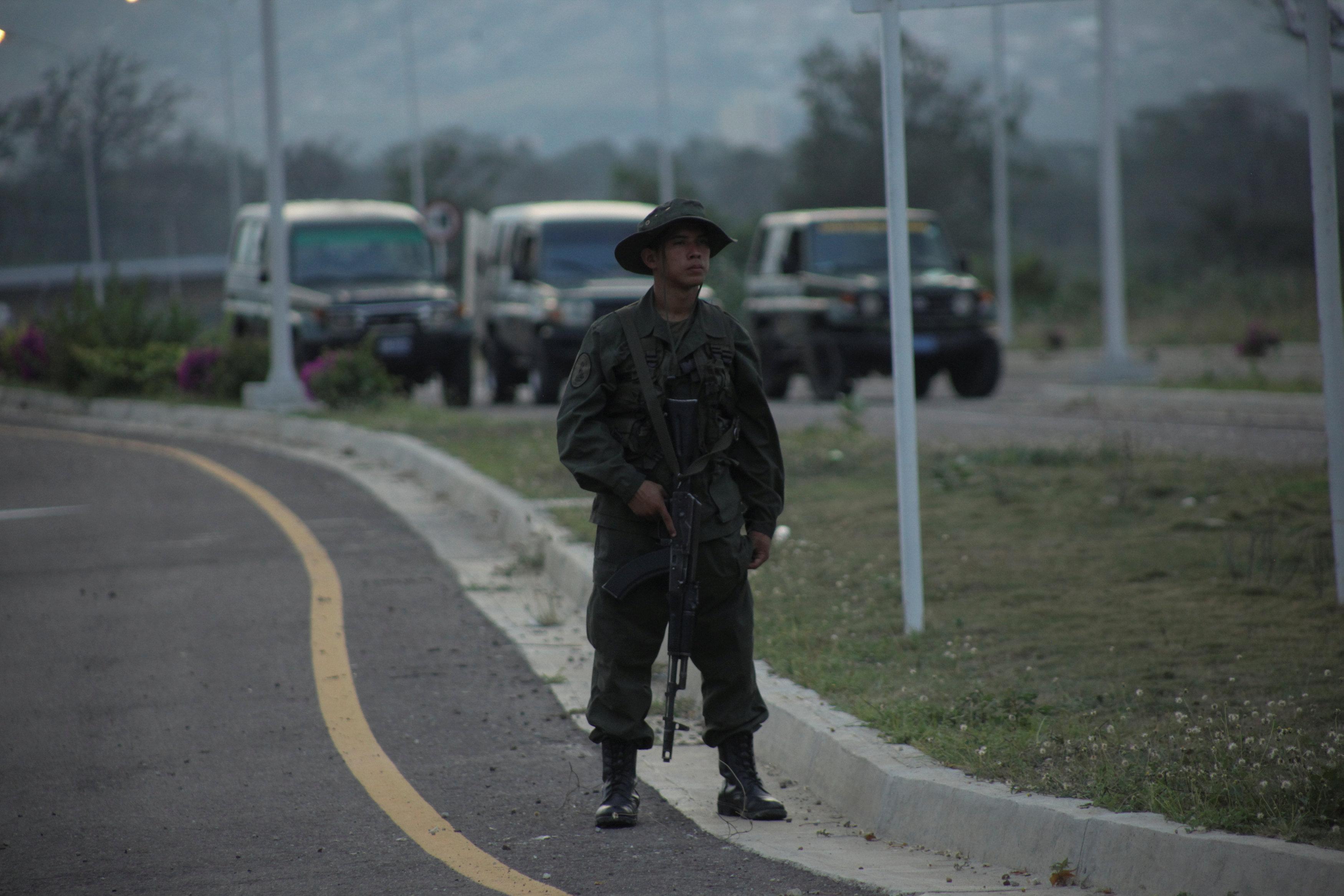 Un soldado venezolano en la frontera entre Colombia y Venezuela, donde debería pasar la ayuda humanitaria (REUTERS/Carlos Eduardo Ramirez)