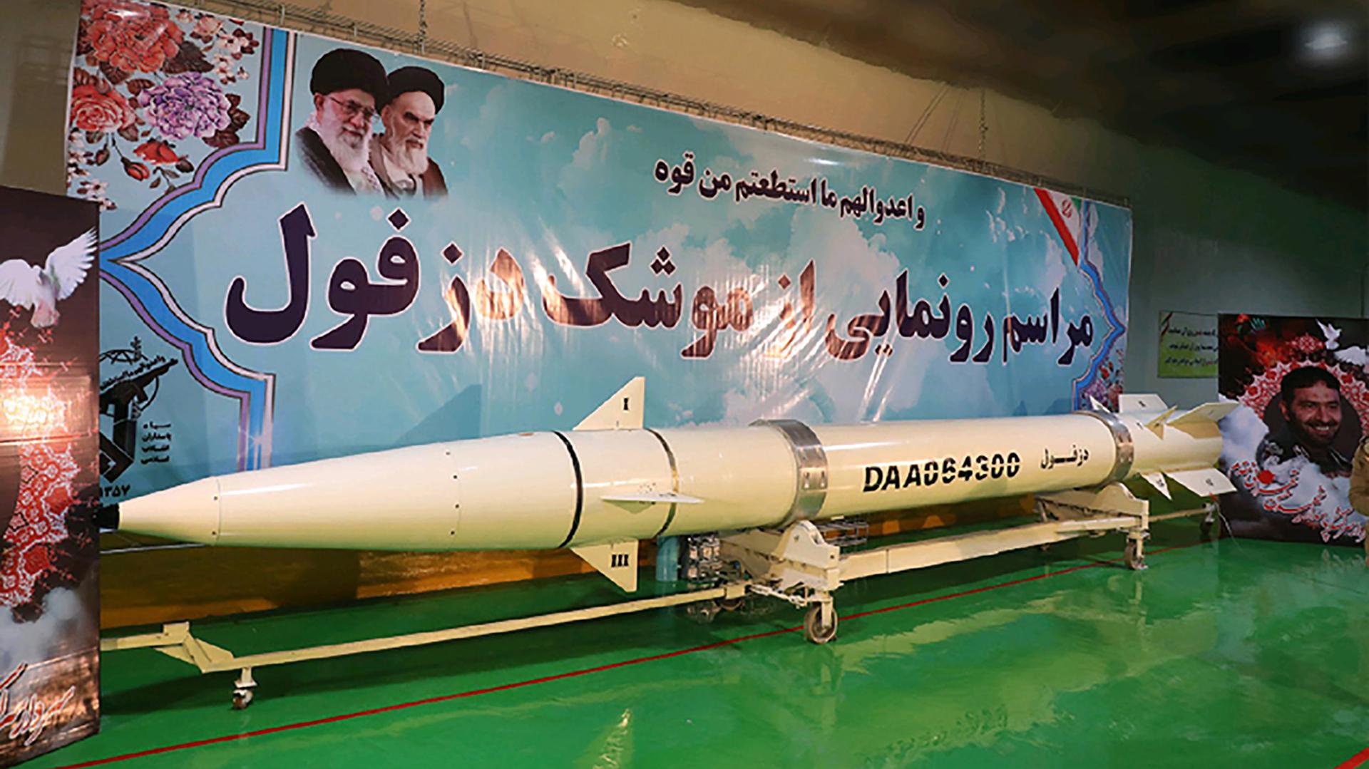 El último misil presentado por el régimen iraní, algo que forma parte del repertorio habitual del régimen (AFP)