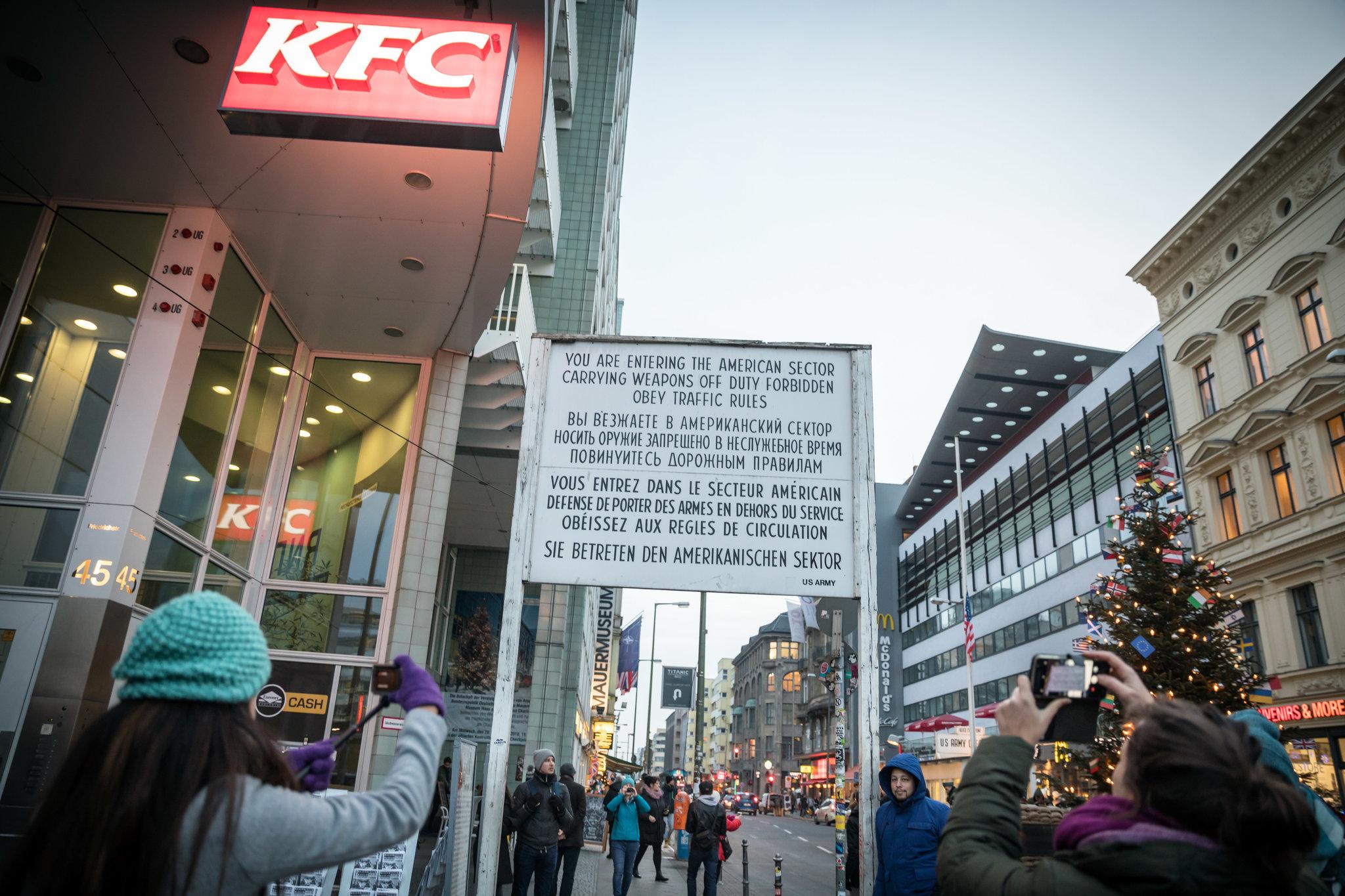 Una réplica del famoso letrero en inglés, francés, ruso y alemán que informaba a las personas que estaban ingresando al sector estadounidense de Berlín. Credit Gordon Welters para The New York Times