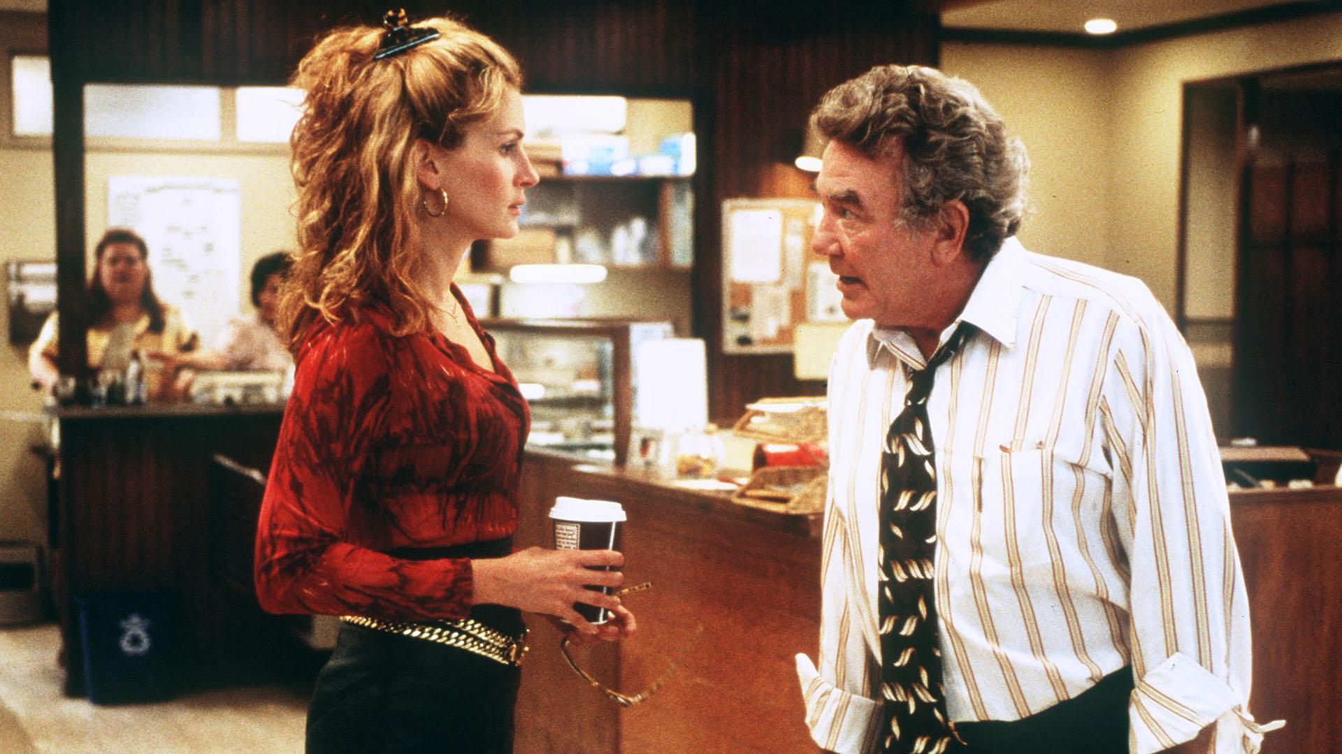 Erin Brokovich (Julia Roberts), madre soltera sin capacitación legal, une fuerzas con el abogado Ed Mastry (Albert Finney), y juntas ganan el mayor acuerdo que se haya pagado en una demanda directa. La película está dirigida por Steven Soderbergh. X 131361-01
