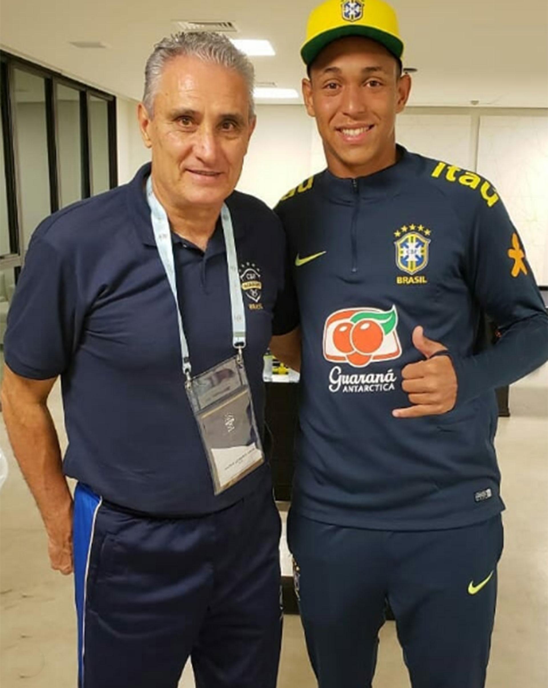 Christian Esmério junto a Tite, entrenador de la selección brasileña