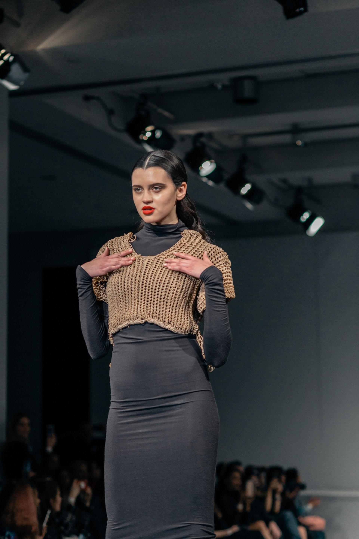 Superposición de géneros y prendas, las tendencias que eligieron los diseñadores para crear sus looks de pasarela
