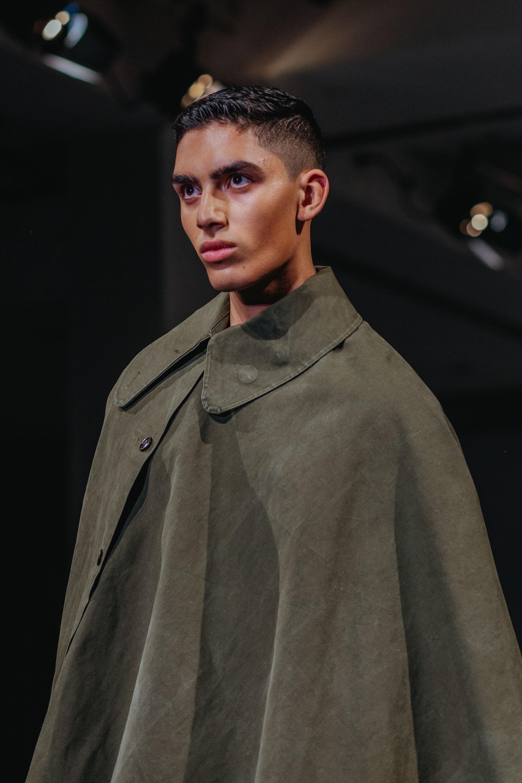 Gamuza estilo capa cruelty free: la moda masculina copó la pasarela de Los Ángeles