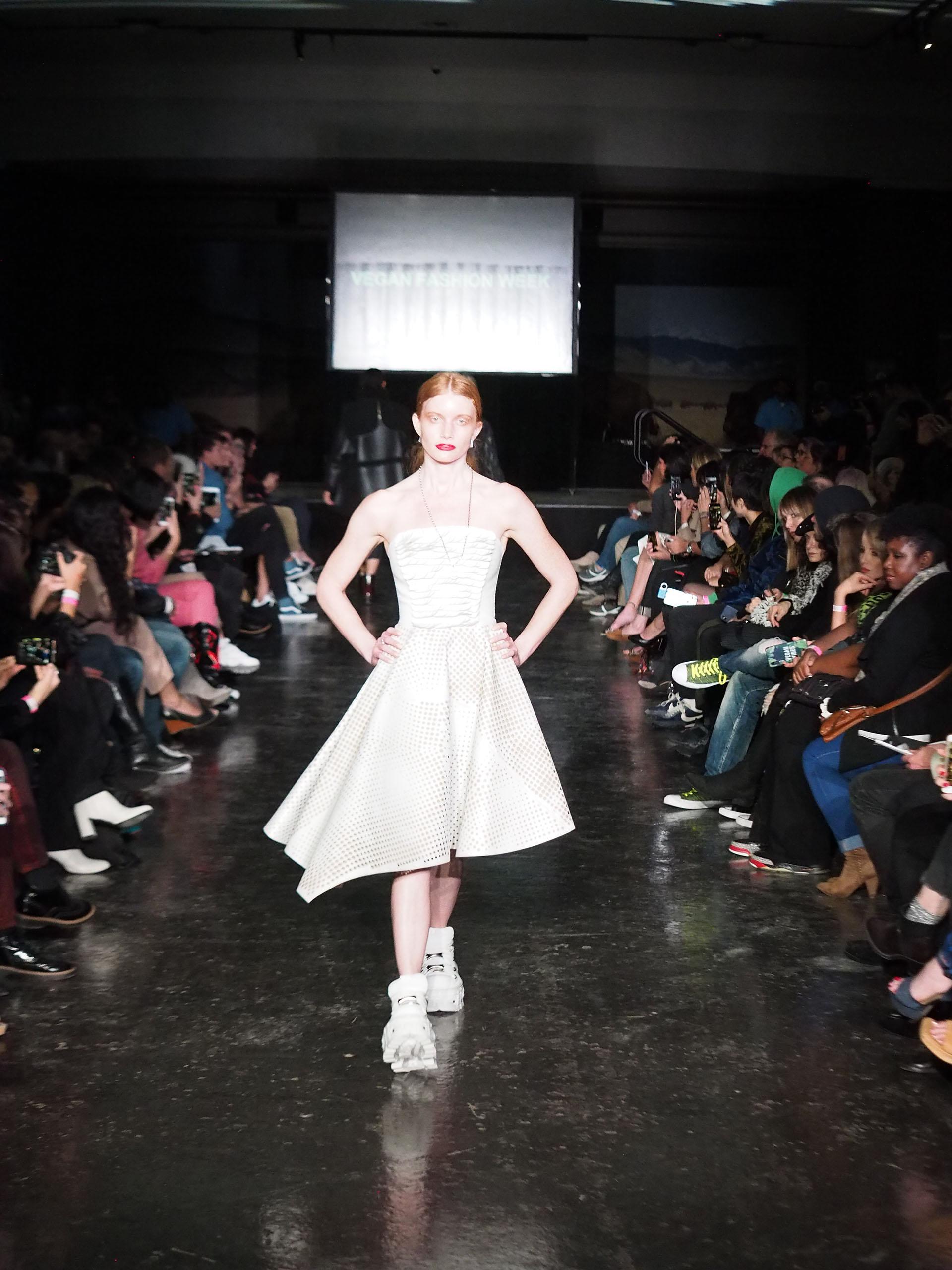 Un vestido realizado íntegramente en cuero ecológico