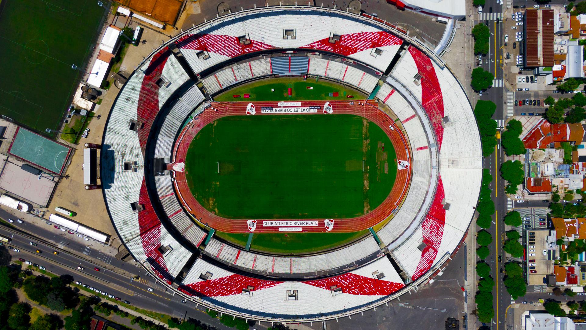 """""""El Monumental"""" de River Plate por Nicolás Vázquez (actor): """"Al Monumental habría que cambiarle el nombre y ponerle Gallardo. Ver salir al equipo principal de River desde adentro de la cancha es una locura. La energía del Monumental es impresionante. Soy un fanático, para mí River es muy importante""""."""