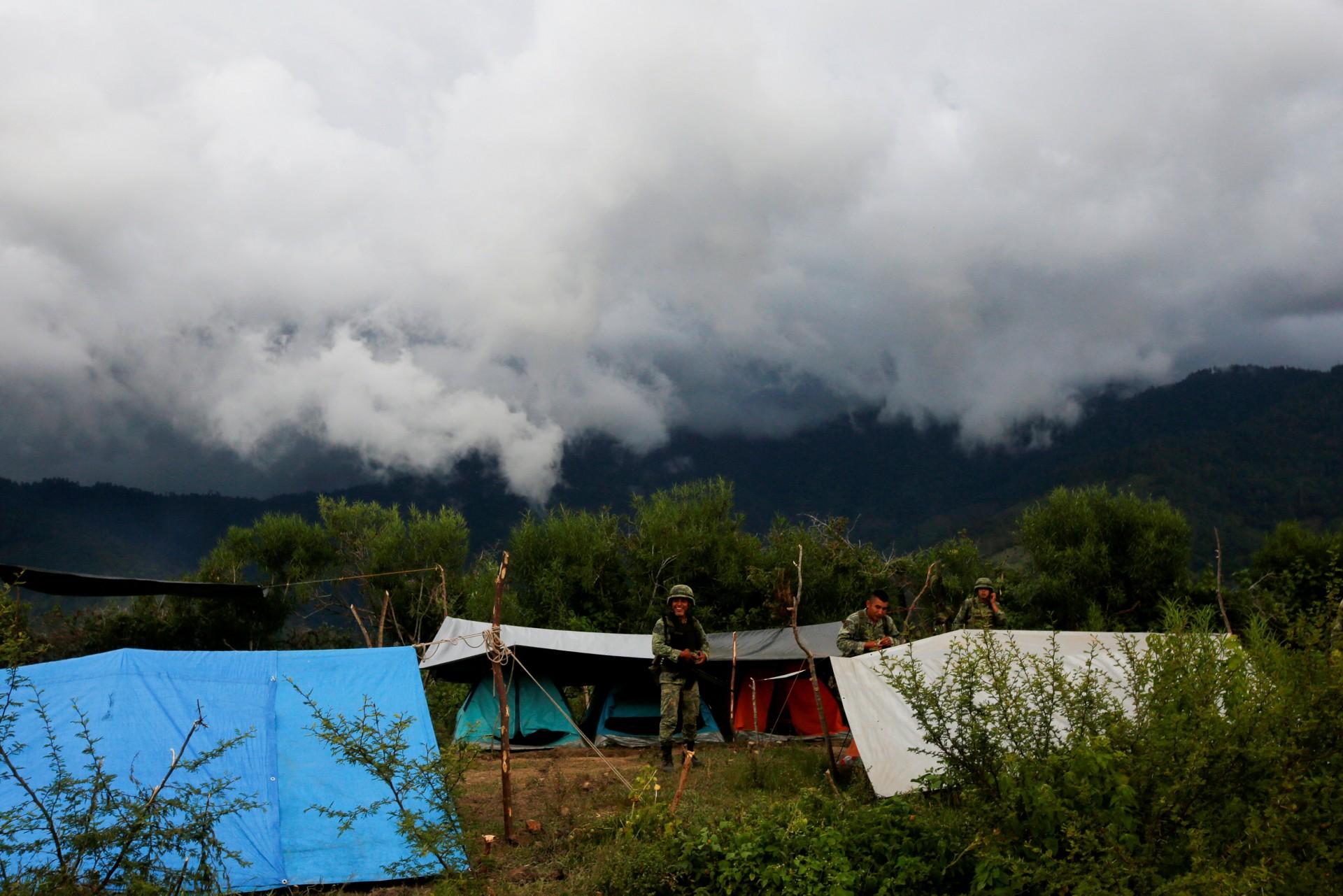 Un soldado se ríe de un campamento cerca del área donde encontraron una plantación ilegal de opio cerca de Pueblo Viejo en la Sierra Madre del Sur, en el estado sureño de Guerrero, México, el 24 de agosto de 2018.