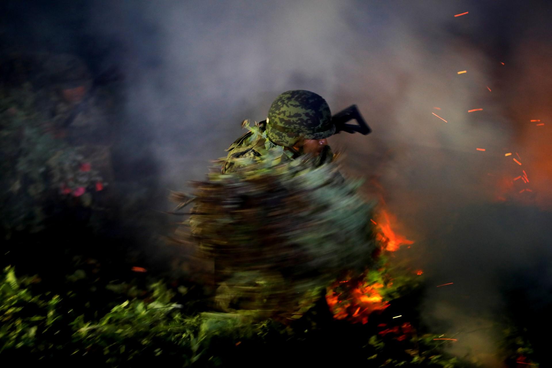 Un soldado quema una plantación ilegal de opio cerca de Pueblo Viejo en la Sierra Madre del Sur, en el estado sureño de Guerrero, México, el 24 de agosto de 2018.