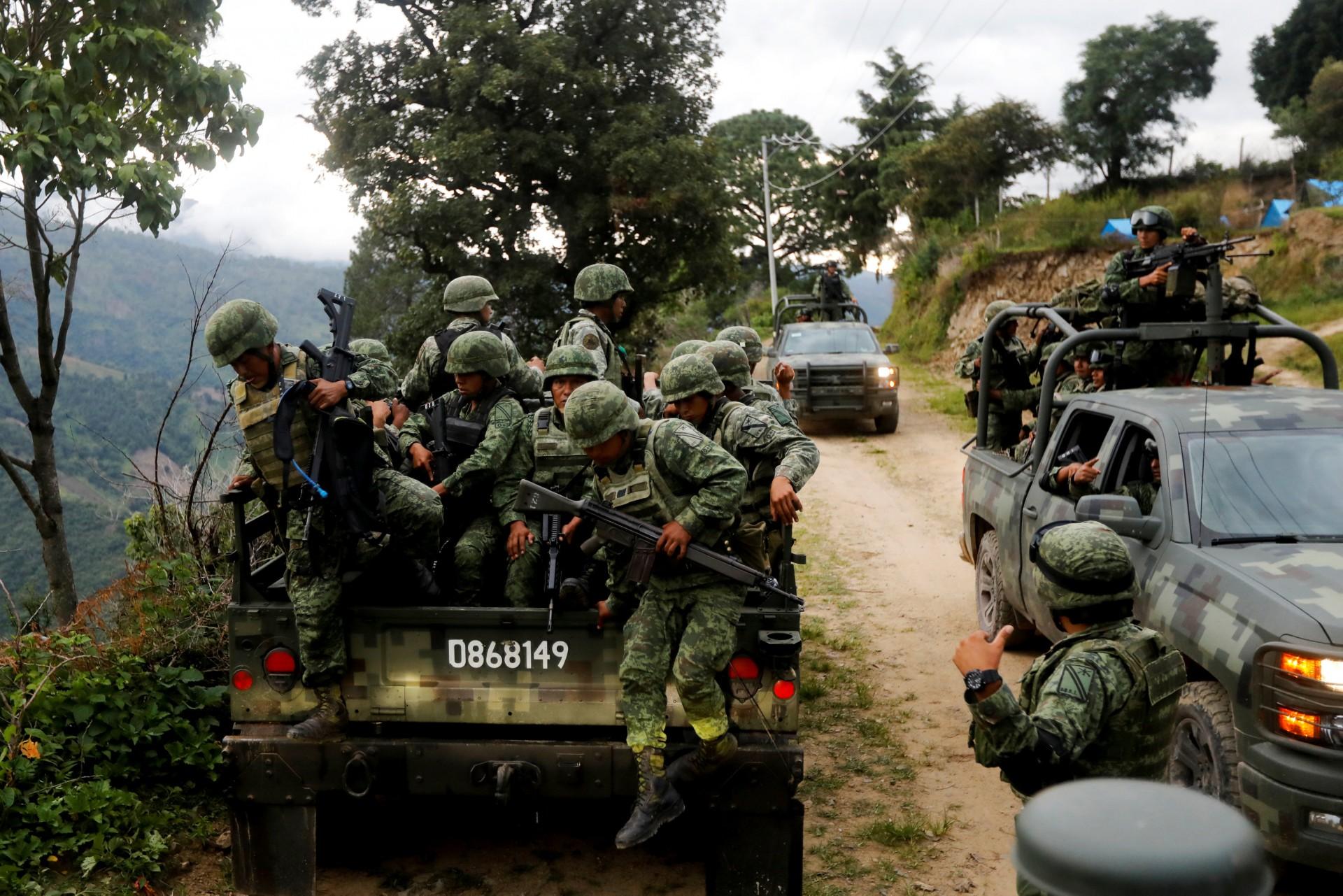 Los soldados llegan al área donde encontraron una plantación ilegal de opio en la Sierra Madre del Sur, en el estado sureño de Guerrero, México, el 24 de agosto de 2018.