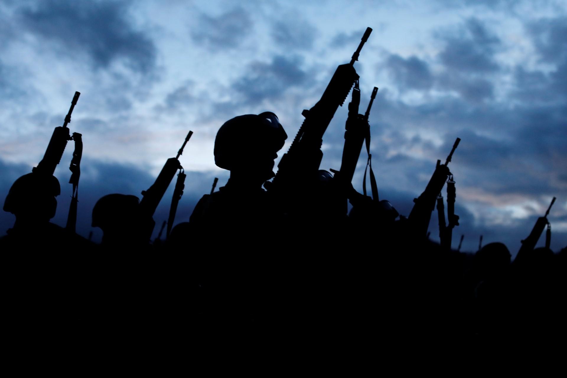 Los soldados descargan sus armas en el campamento cerca del área donde encontraron una plantación ilegal de opio cerca de Pueblo Viejo en la Sierra Madre del Sur, en el estado sureño de Guerrero, México, el 25 de agosto de 2018.