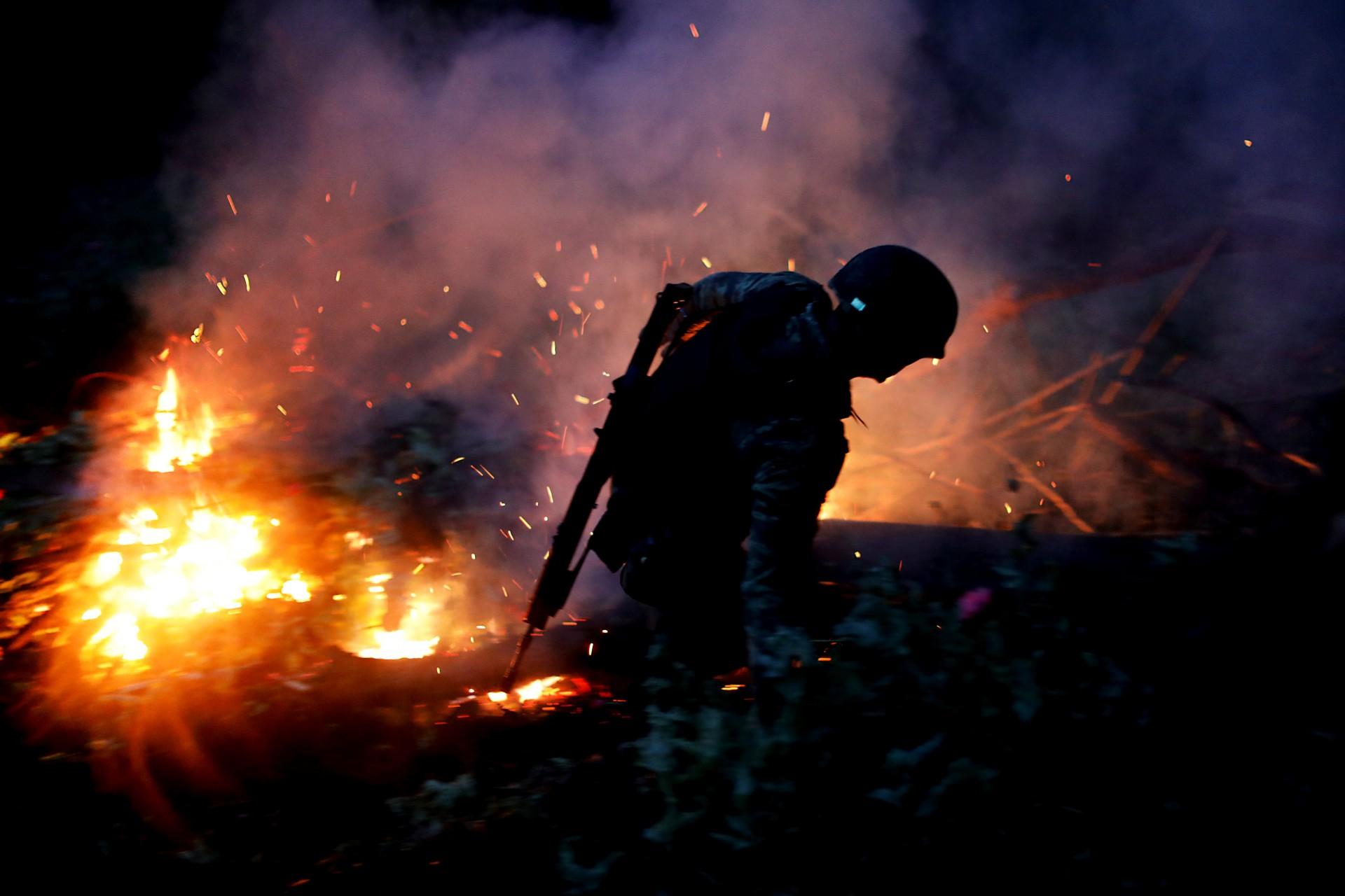 """Un soldado quema una plantación ilegal de opio cerca de Pueblo Viejo en la Sierra Madre del Sur, en el estado sureño de Guerrero, México, el 24 de agosto de 2018. REUTERS / Carlos Jasso BUSQUE """"JASSO OPIUM"""" PARA ESTA HISTORIA. BÚSQUEDA """"UNA IMAGEN MÁS AMPLIA"""" PARA TODAS LAS HISTORIAS."""