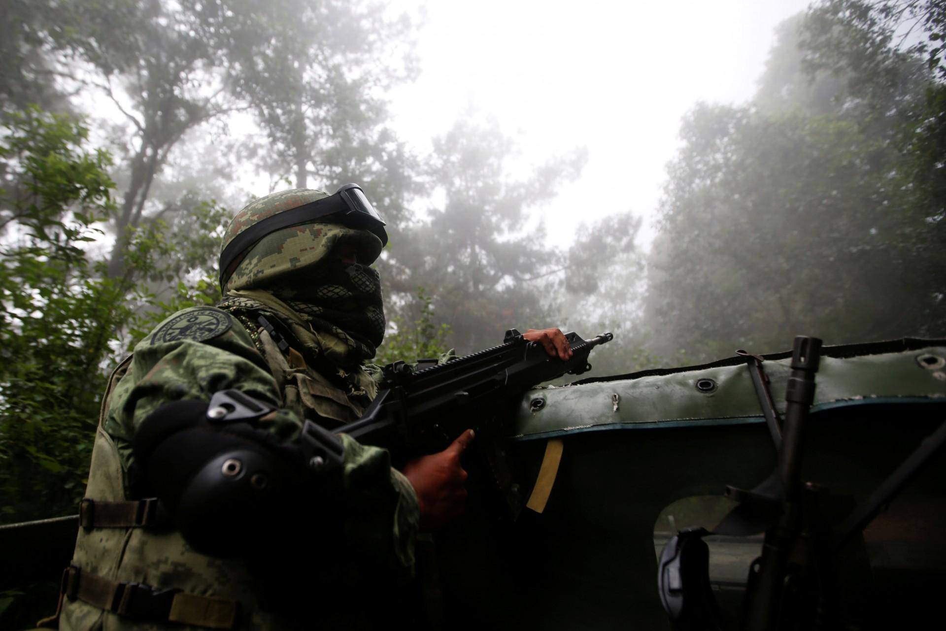 Los soldados patrullan el área de Pueblo Viejo en la Sierra Madre del Sur, en el estado sureño de Guerrero, México, el 24 de agosto de 2018.