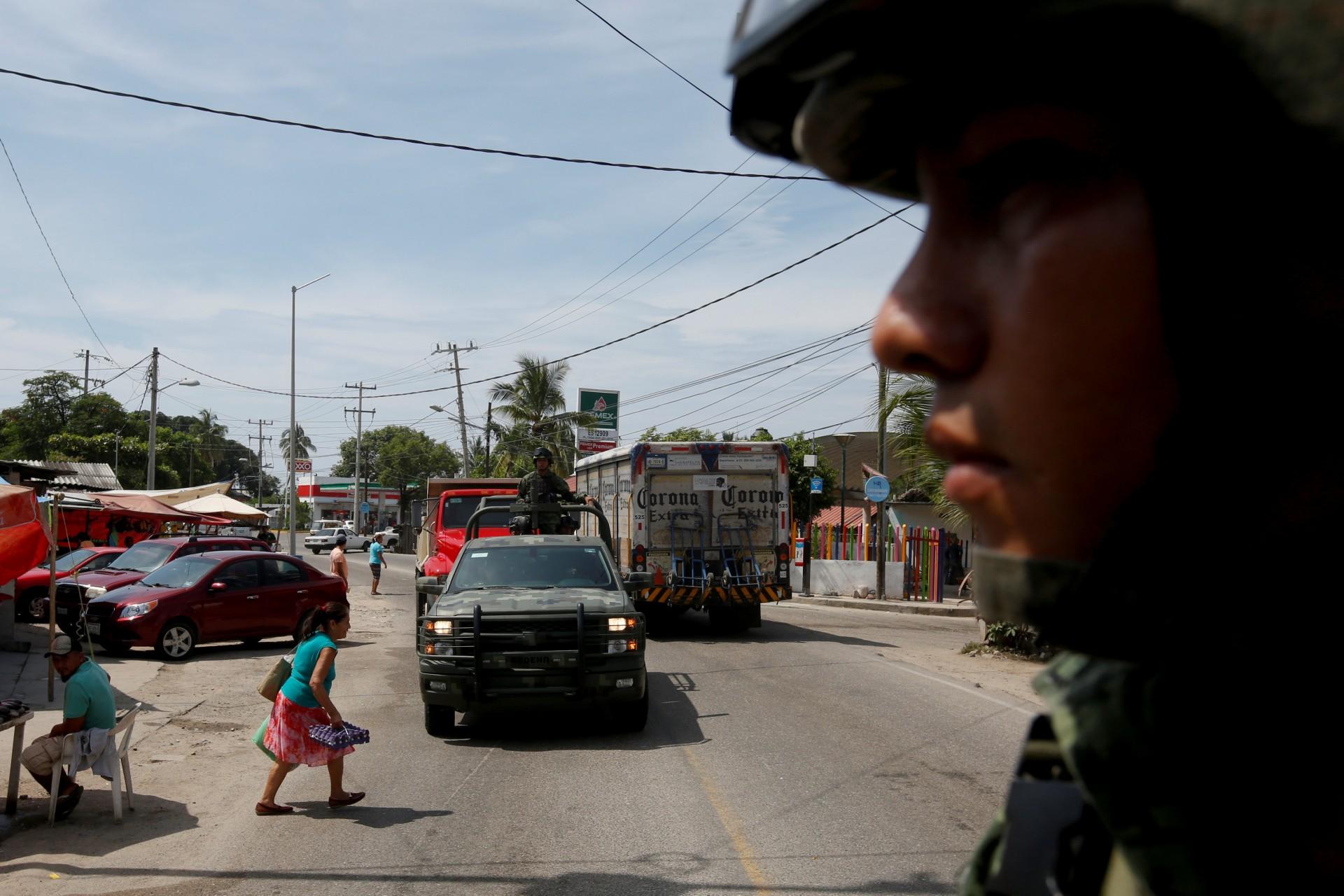 Soldados patrullan el área de camino a la Sierra Madre del Sur, en el estado sureño de Guerrero, México, el 24 de agosto de 2018.