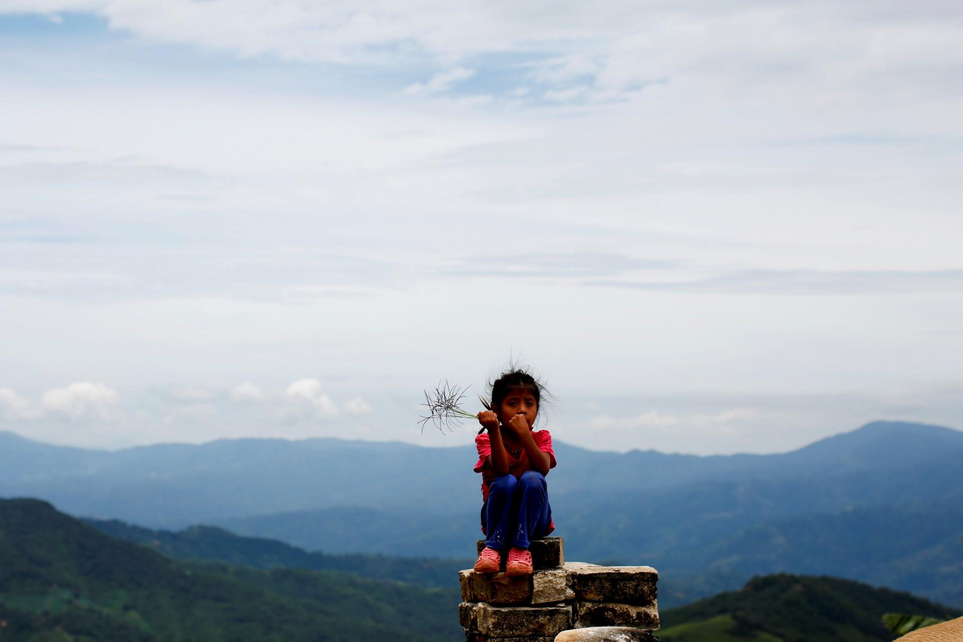 Un niño se sienta en una acera en Santa Cruz Yucucani, en la Sierra Madre del Sur, en el estado sureño de Guerrero, México, el 18 de agosto de 2018.