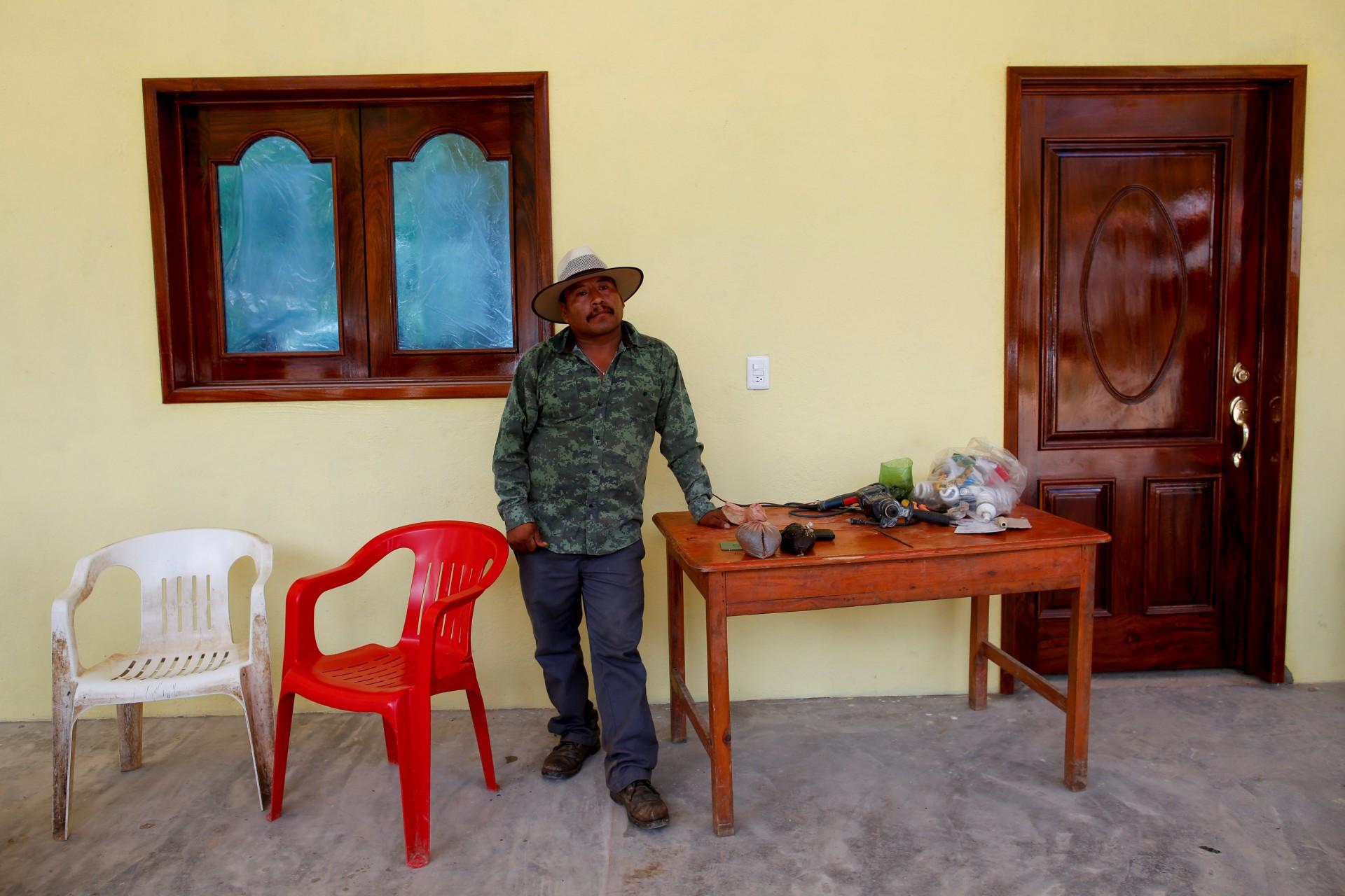 El granjero de amapola Santiago Sánchez se encuentra junto a la pasta de opio sobre la mesa en Santa Cruz Yucucani, en la Sierra Madre del Sur, en el estado sureño de Guerrero, México, el 18 de agosto de 2018.