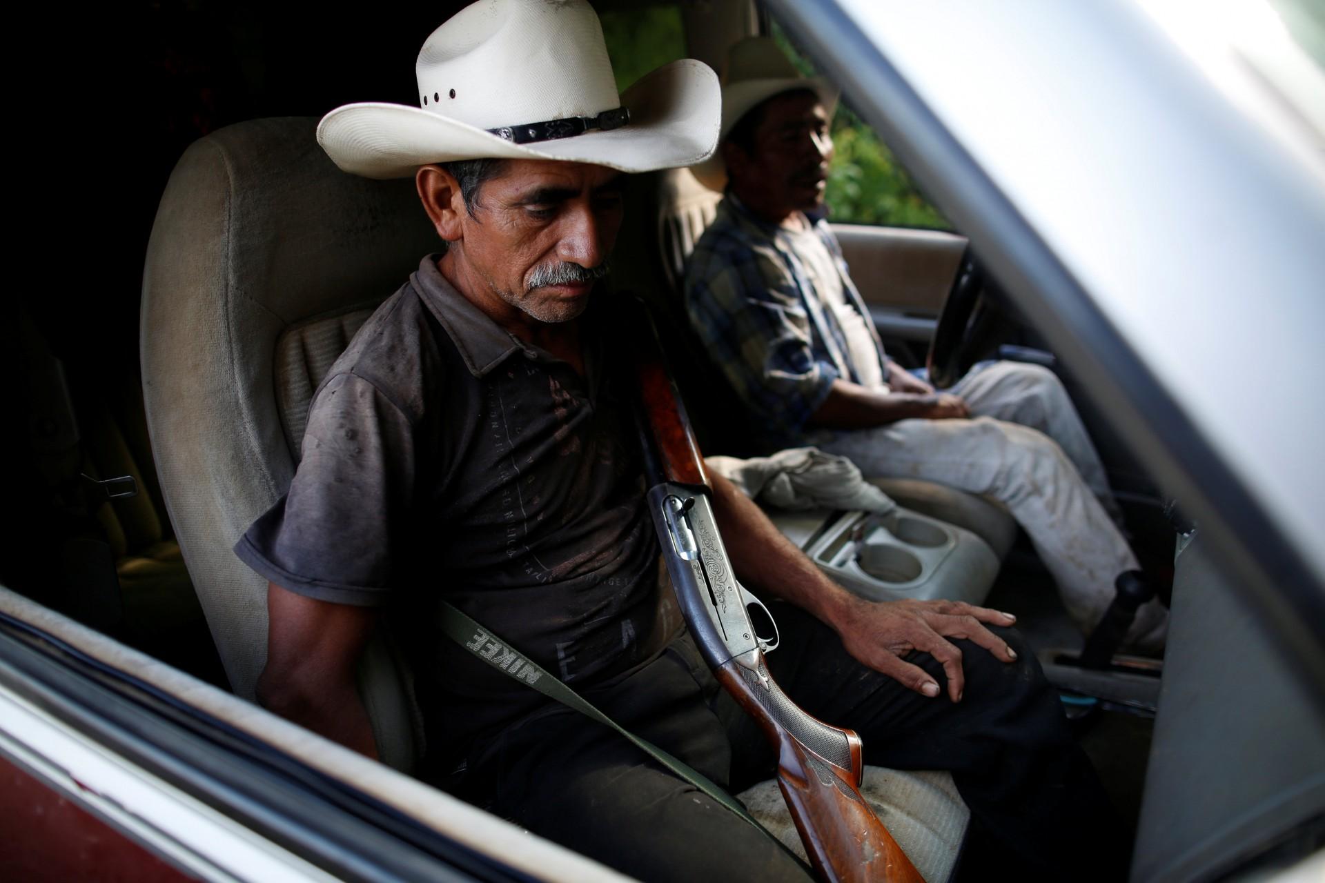 """El agricultor de adormidera Francisco Santiago Clemente sostiene su arma dentro de un auto en un campo de maíz en Juquila Yucucani en la Sierra Madre del Sur, en el estado sureño de Guerrero, México, 18 de agosto de 2018. REUTERS / Carlos Jasso BUSCA """"OPCIÓN DE JASSO"""" PARA ESTO HISTORIA. BÚSQUEDA """"UNA IMAGEN MÁS AMPLIA"""" PARA TODAS LAS HISTORIAS."""