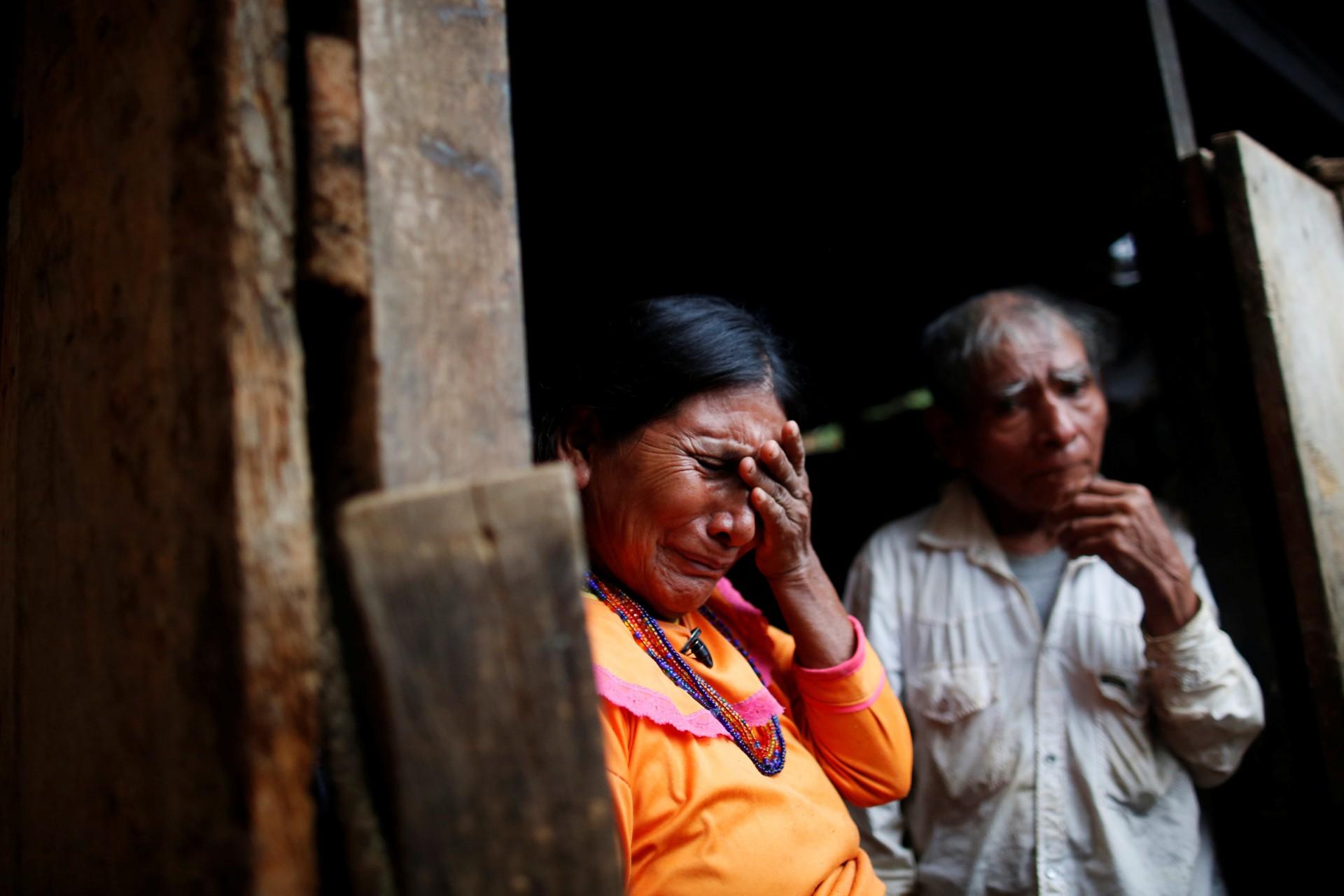"""La granjera Nieves García reacciona junto a su esposo cuando habla con Reuters en Juquila Yucucani, en la Sierra Madre del Sur, en el estado sureño de Guerrero, México, el 17 de agosto de 2018. """"No somos narcotraficantes, queremos una vida digna"""". """"dijo García, que ha crecido amapolas desde que era una niña. """"Mis hijos han dejado este lugar porque no hay forma de salir adelante""""."""