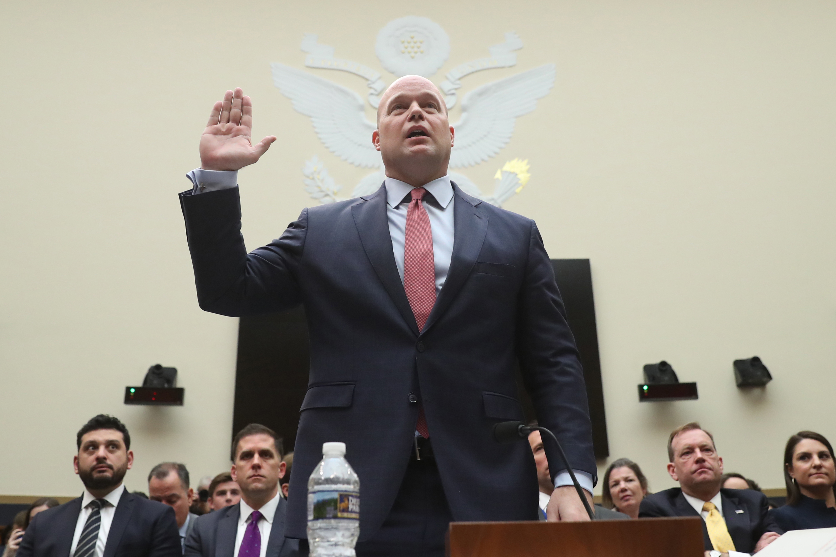 El secretario de Justicia interino Matthew Whitaker presta juramento de decir la verdad al ser interpelado por la Comisión de Asuntos Jurídicos de la Cámara de Representantes en el Congreso (AP Foto/Andrew Harnik)
