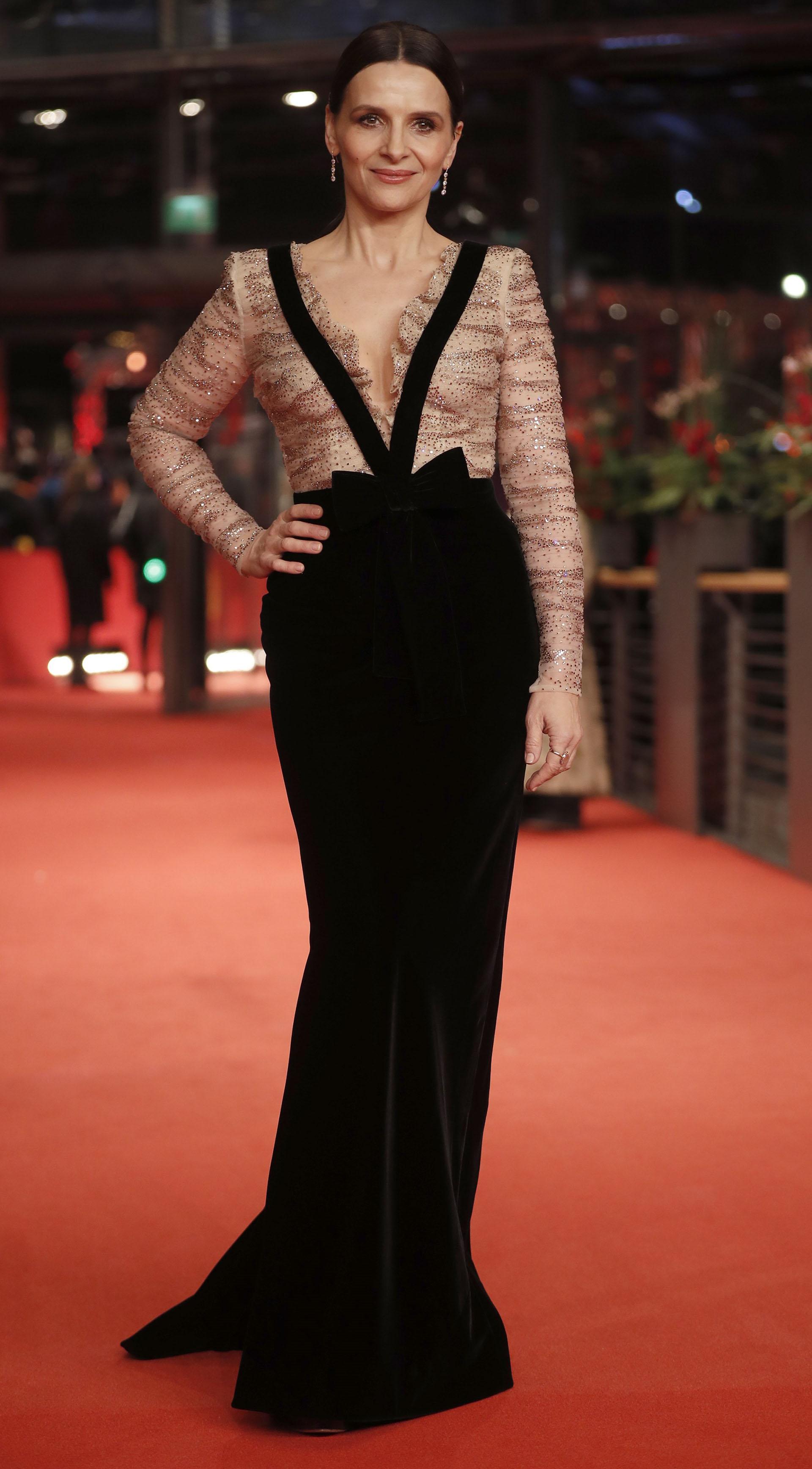 El arribo de la presidente del Jurado Internacional del Festival de Cine de Berlín, Juliette Binoche, quien se coronó como la mujer más elegante de la noche, con este fabuloso diseño con transparencias nude y terciopelo negro