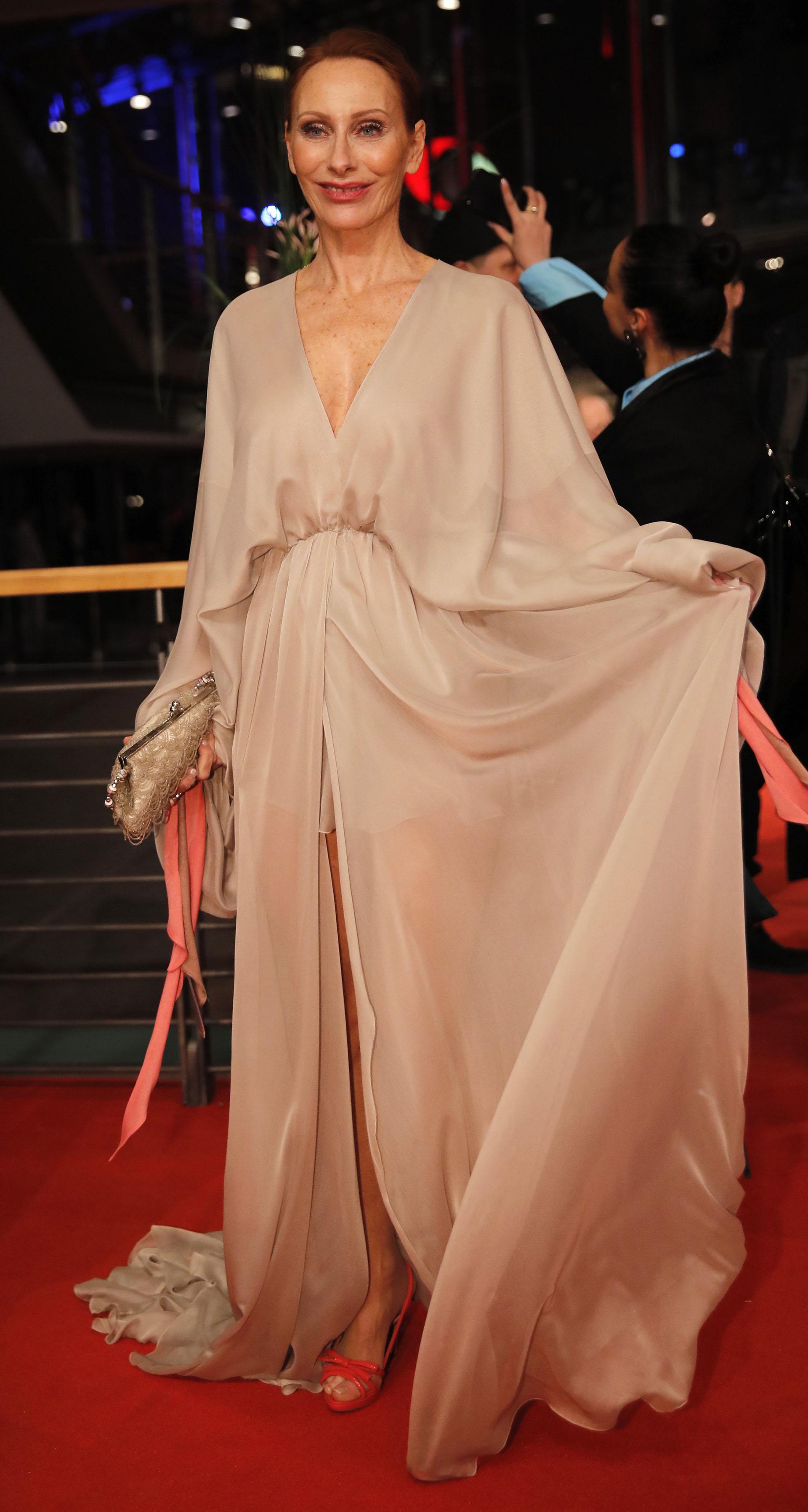Andrea Sawatzki combinó con acierto un vestido nude con stilettos colorados
