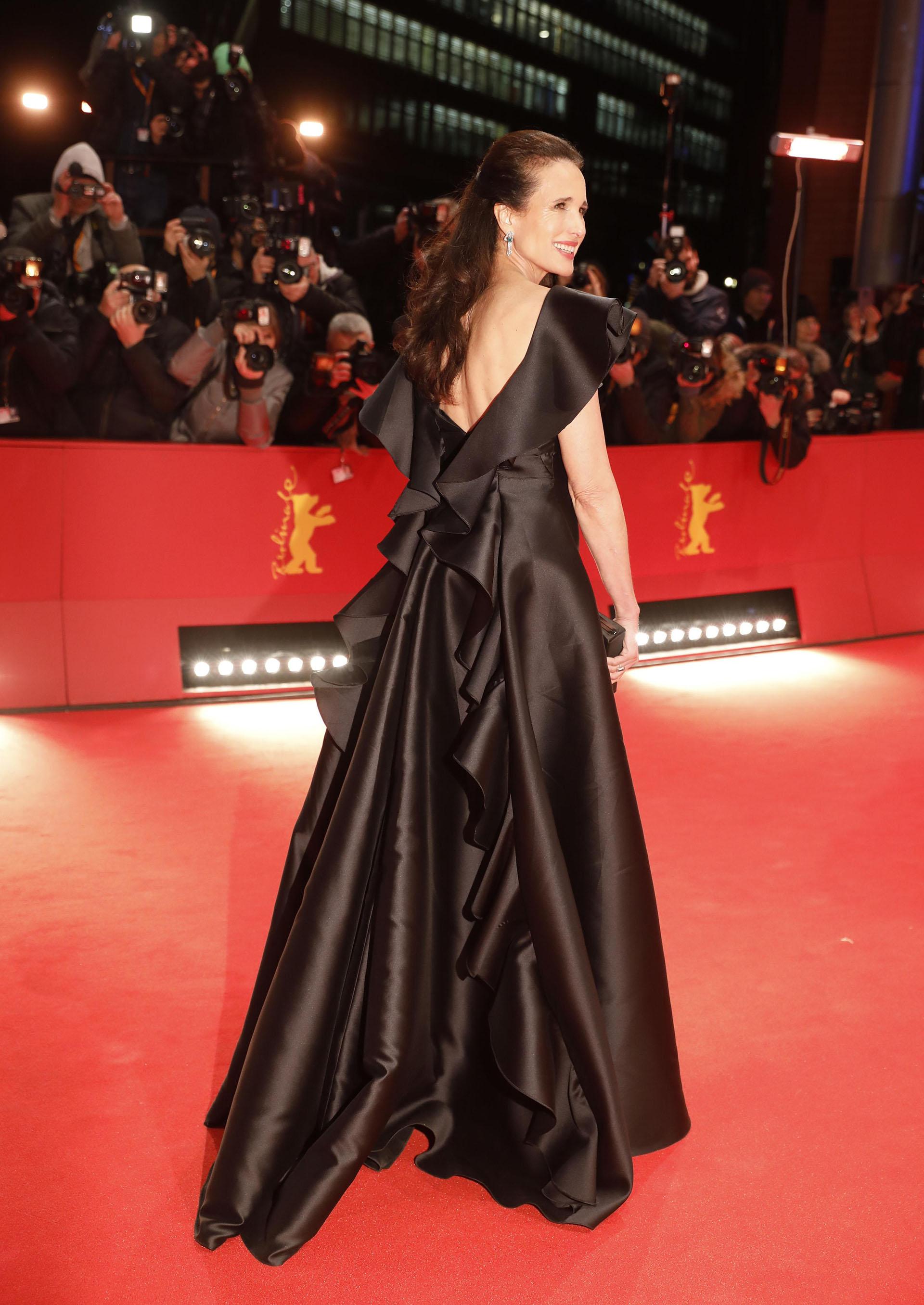Andie MacDowell lució un vestido de gala con maxifalda de volados