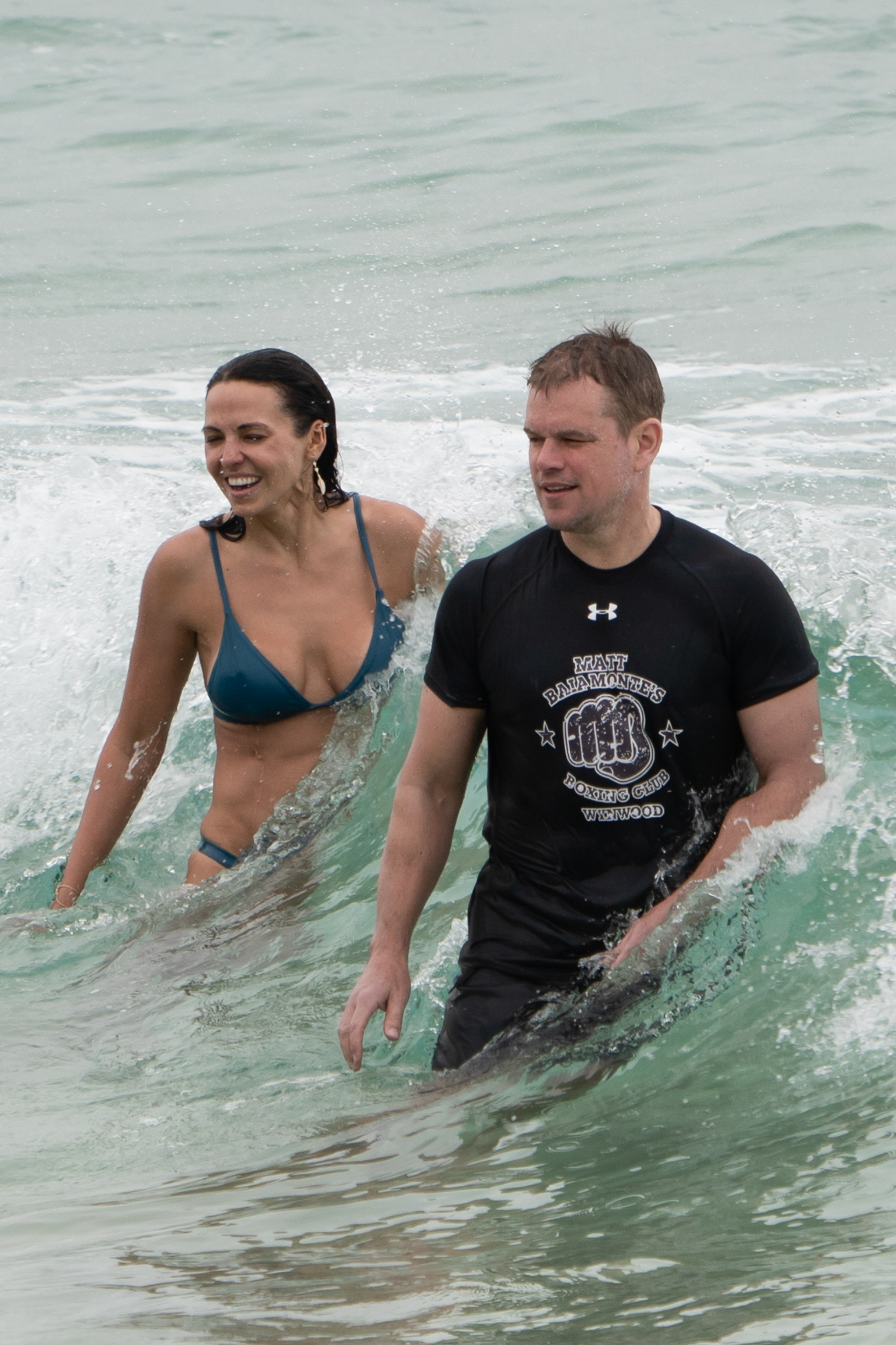 Luciana Barroso y Matt Damon en las playas de Byron Bay (Photo © 2019 Backgrid/The Grosby Group)