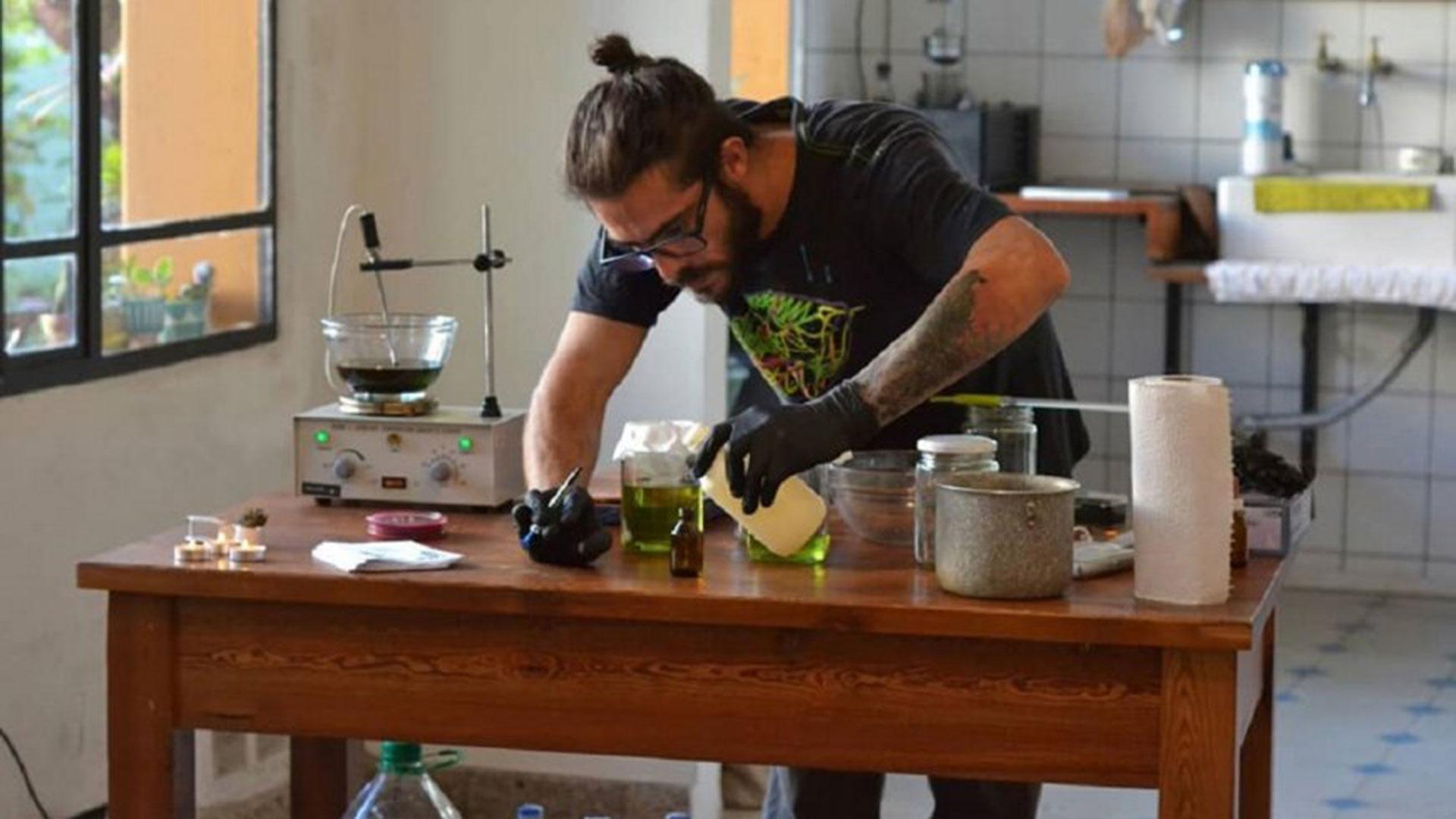Malajovich en acción, en uno de sus talleres sobre producción de aceite de cannabis
