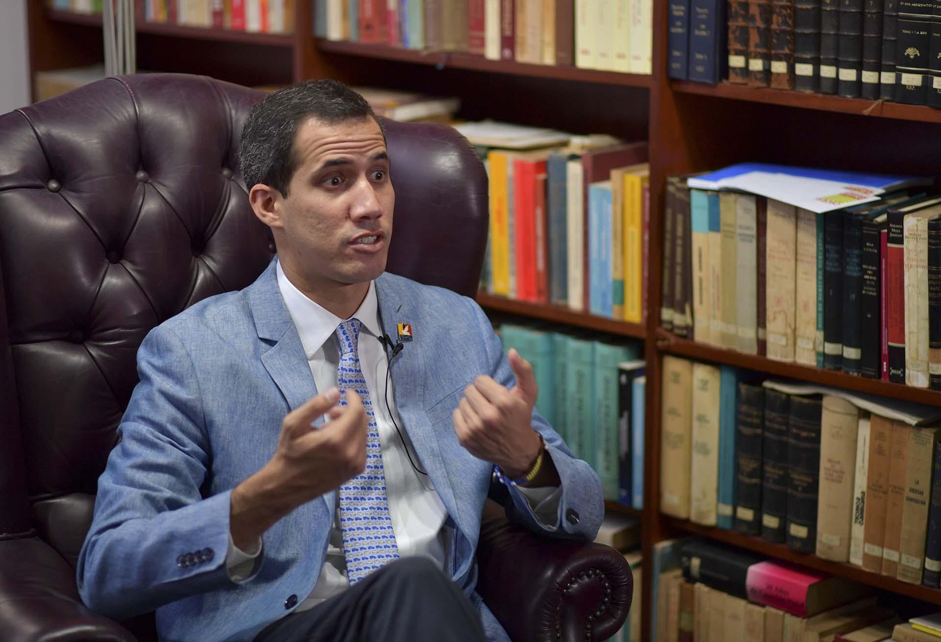 Un momento de la entrevista a Juan Guaidó(YURI CORTEZ / AFP)