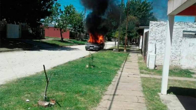 Los vecinos del imputado le incendiaron el auto