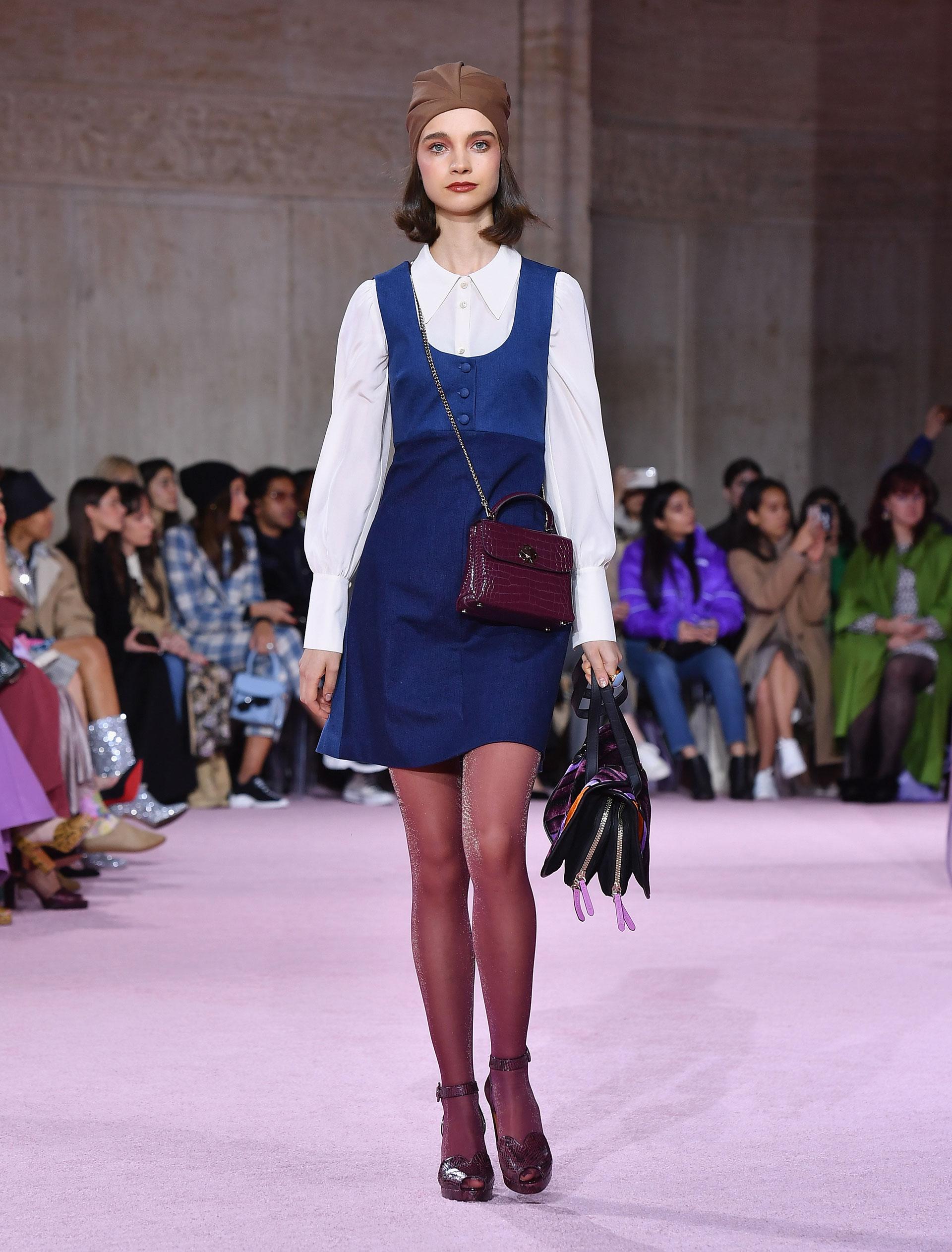 Superposición de prendas también es tendencia. Vestidos con camisas, mini bags, turbantes, medias de nylon de colores y zapatos con pulsera