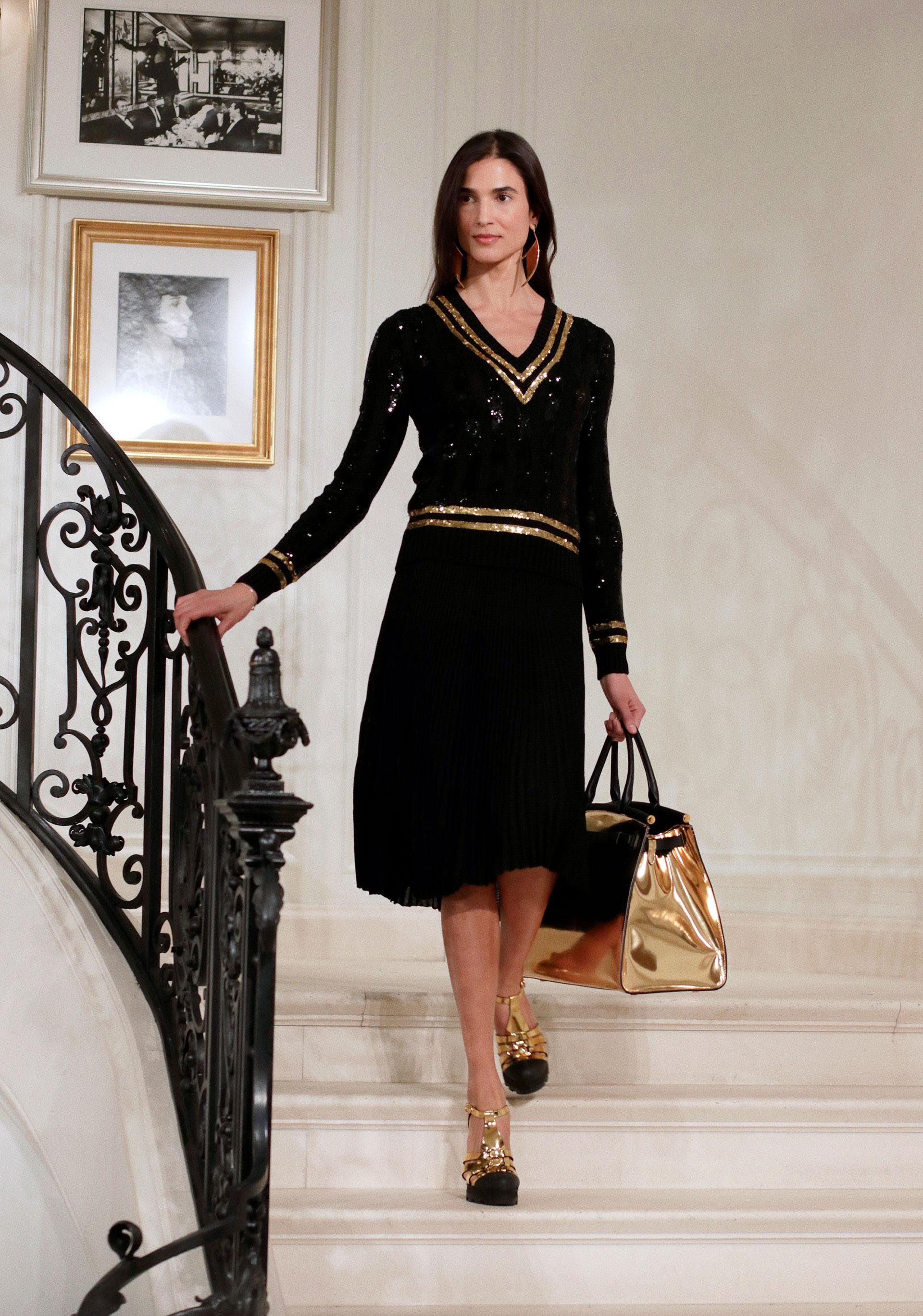 La firma estadounidense apostó a una colección nutrida en los colores negros y los dorados tanto en las prendas como en accesorios, calzados y marroquinería