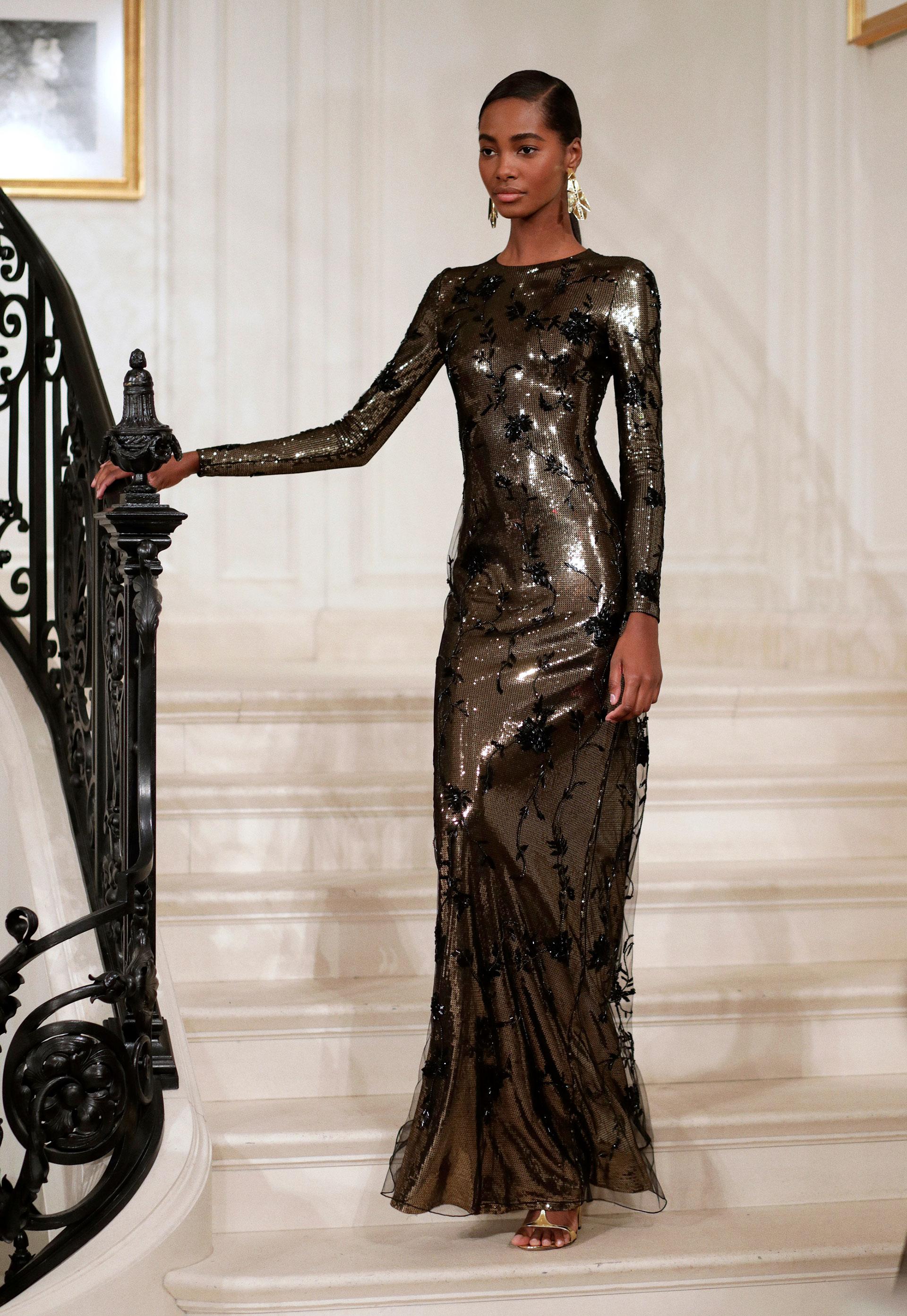 Los vestidos de la línea de haute couture de Ralph Lauren tuvieron su pasada. De paillettes con siluetas al cuerpo resaltando la figura de la mujer de mangas largas con sandalias y accesorios en dorado