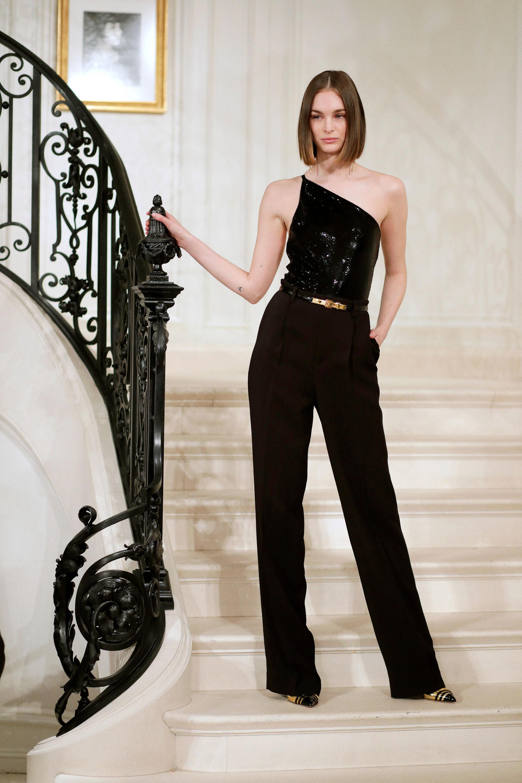 En las escalinatas de una casona, la sastrería fue un gran protagonista del desfile de Ralph Lauren en Nueva York. Pantalones de varios tiros, modelos y largos, camisas, faldas y tops se vieron en pasarelas