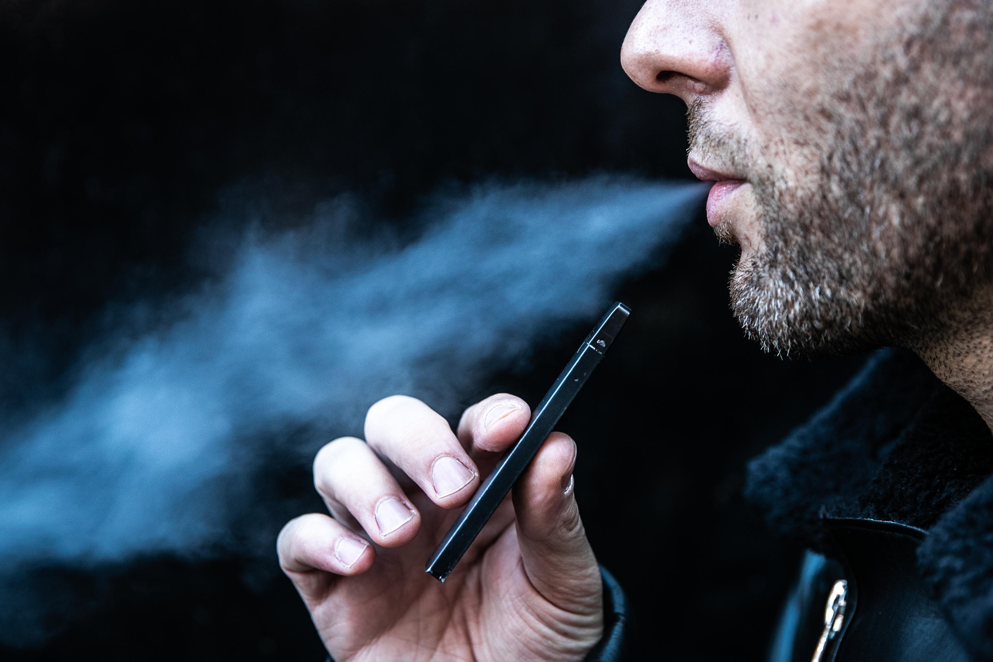 Un fumador de cigarrillo electrónico en Manhattan (Jeenah Moon/The New York Times)